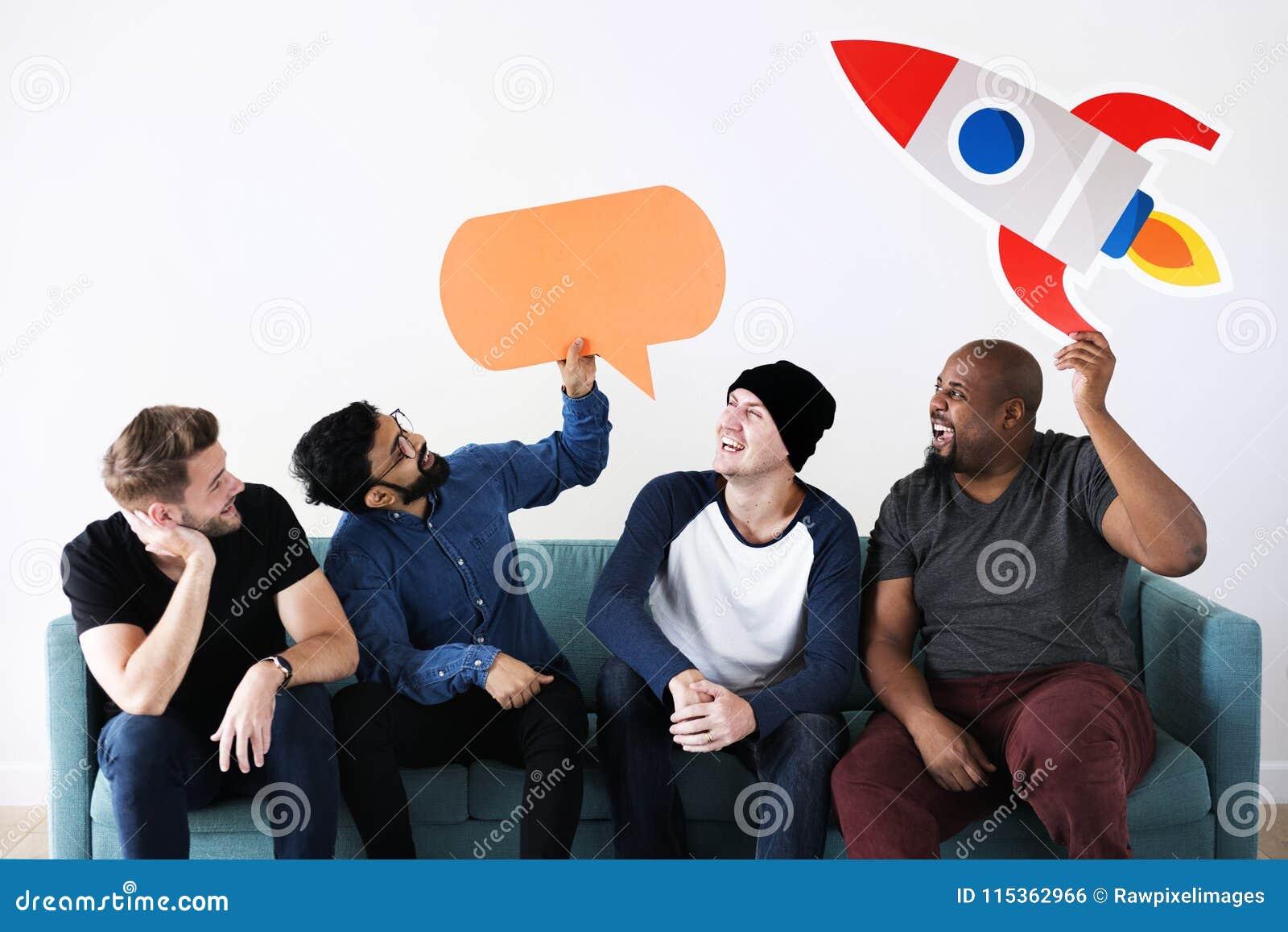 Vrienden die op laag met toespraakbel situeren