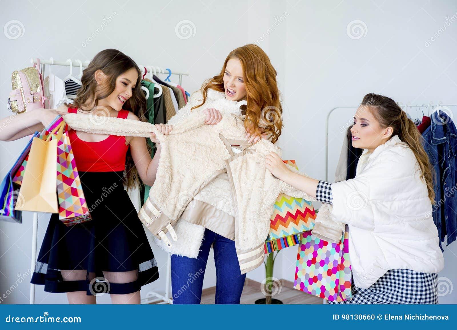 Vrienden die samen winkelen