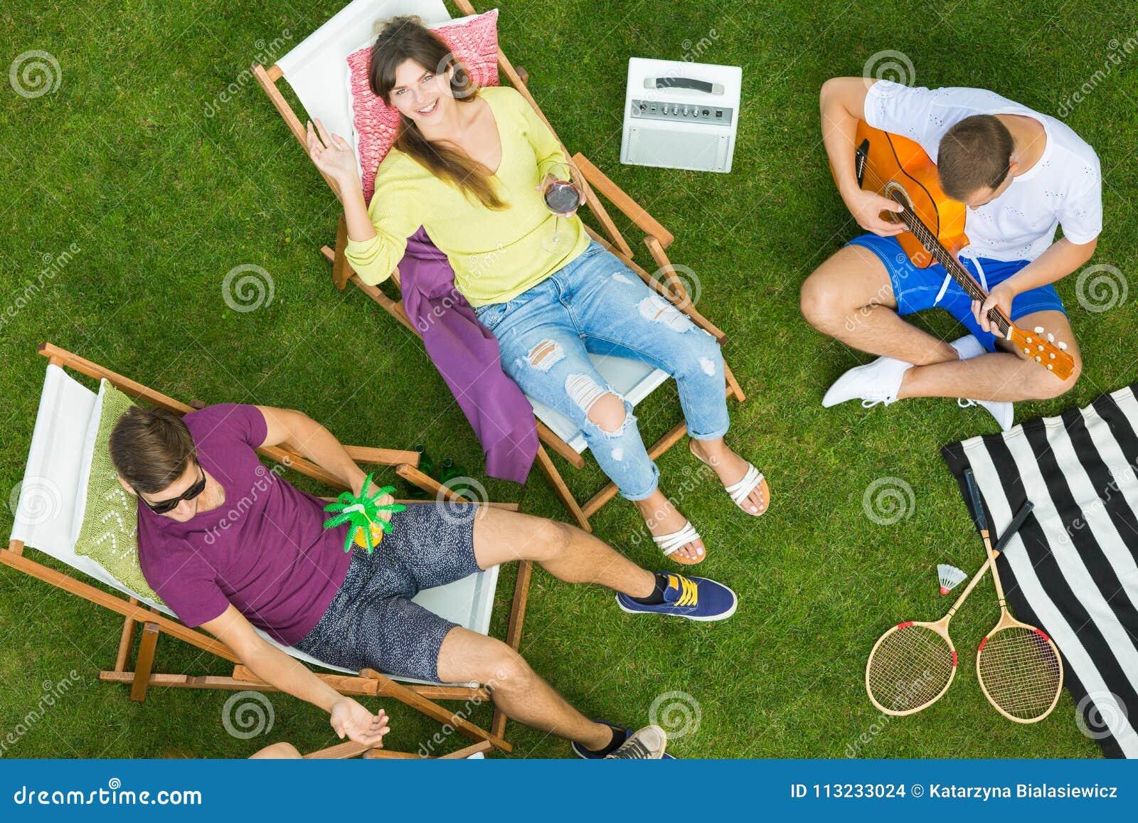 Vrienden die tuin van partij genieten