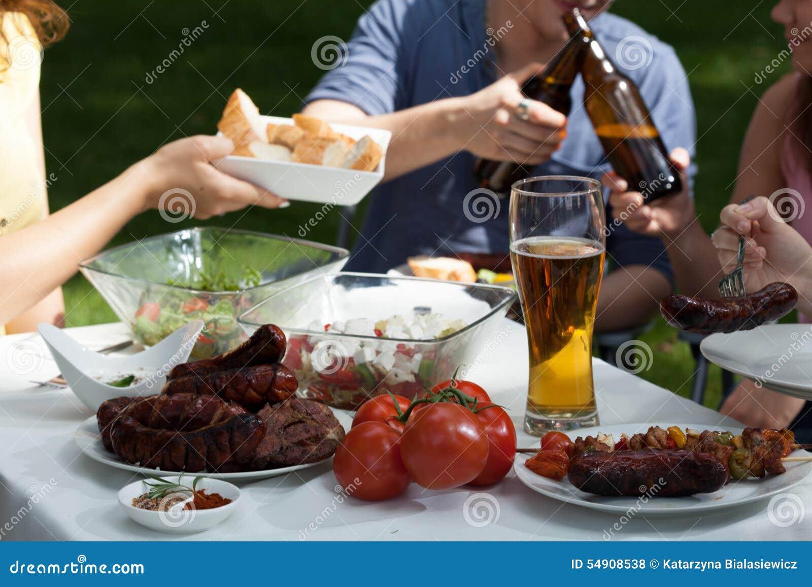 Vrienden die van genieten op tuinpartij