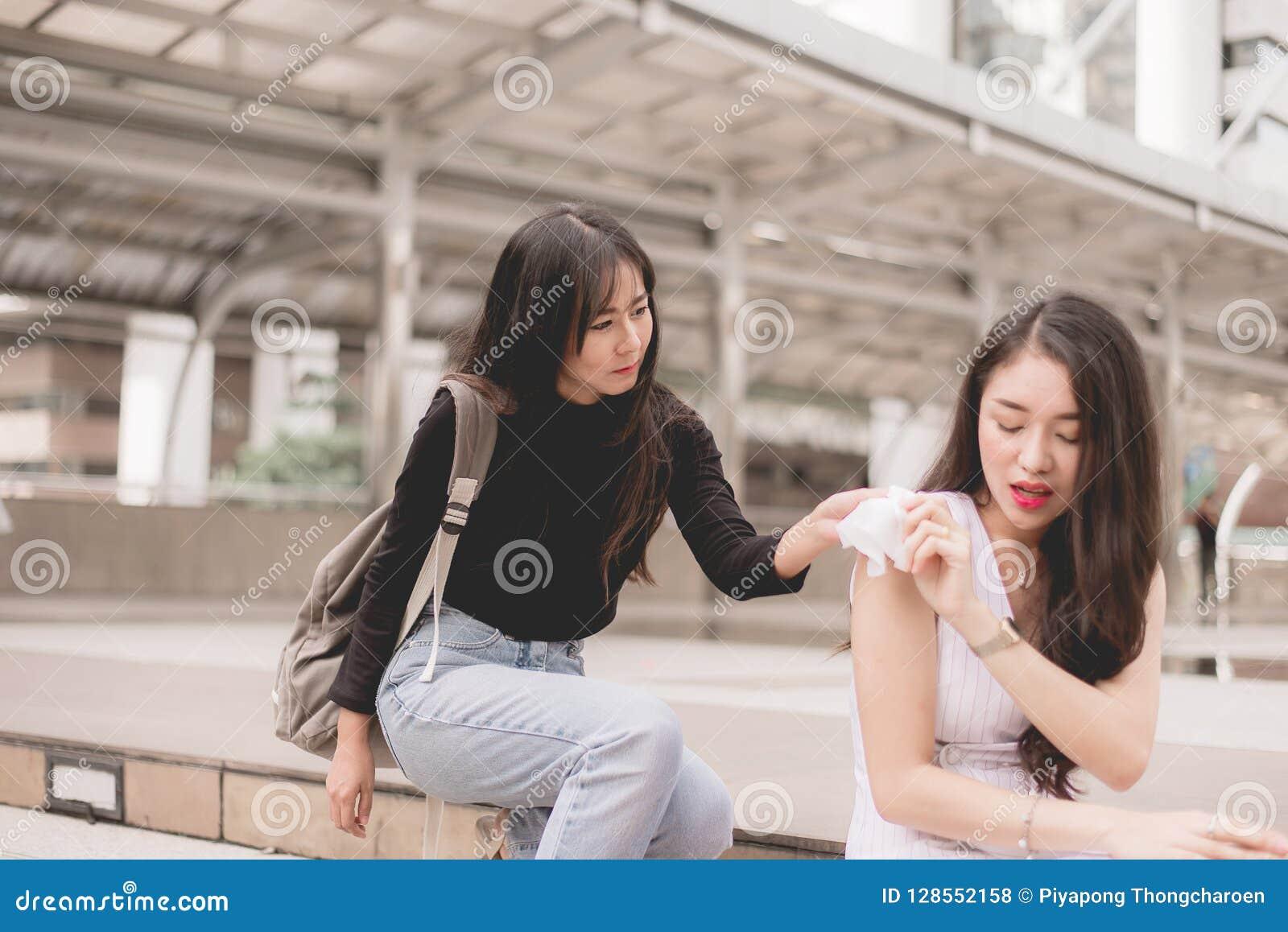 Vrienden die weefsel geven aan gedeprimeerde Aziatische vrouw, Ongelukkige vrouwelijke steun haar meisjesvriend