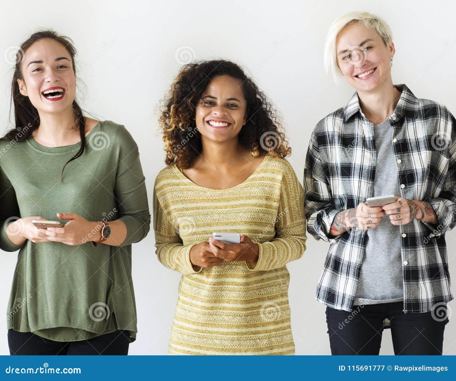 Vrienden die zich met hun in hand mobiles bevinden