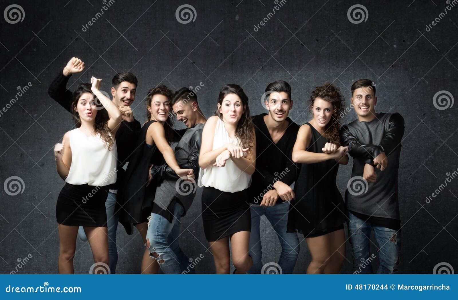 Vrienden in het wilde dansen