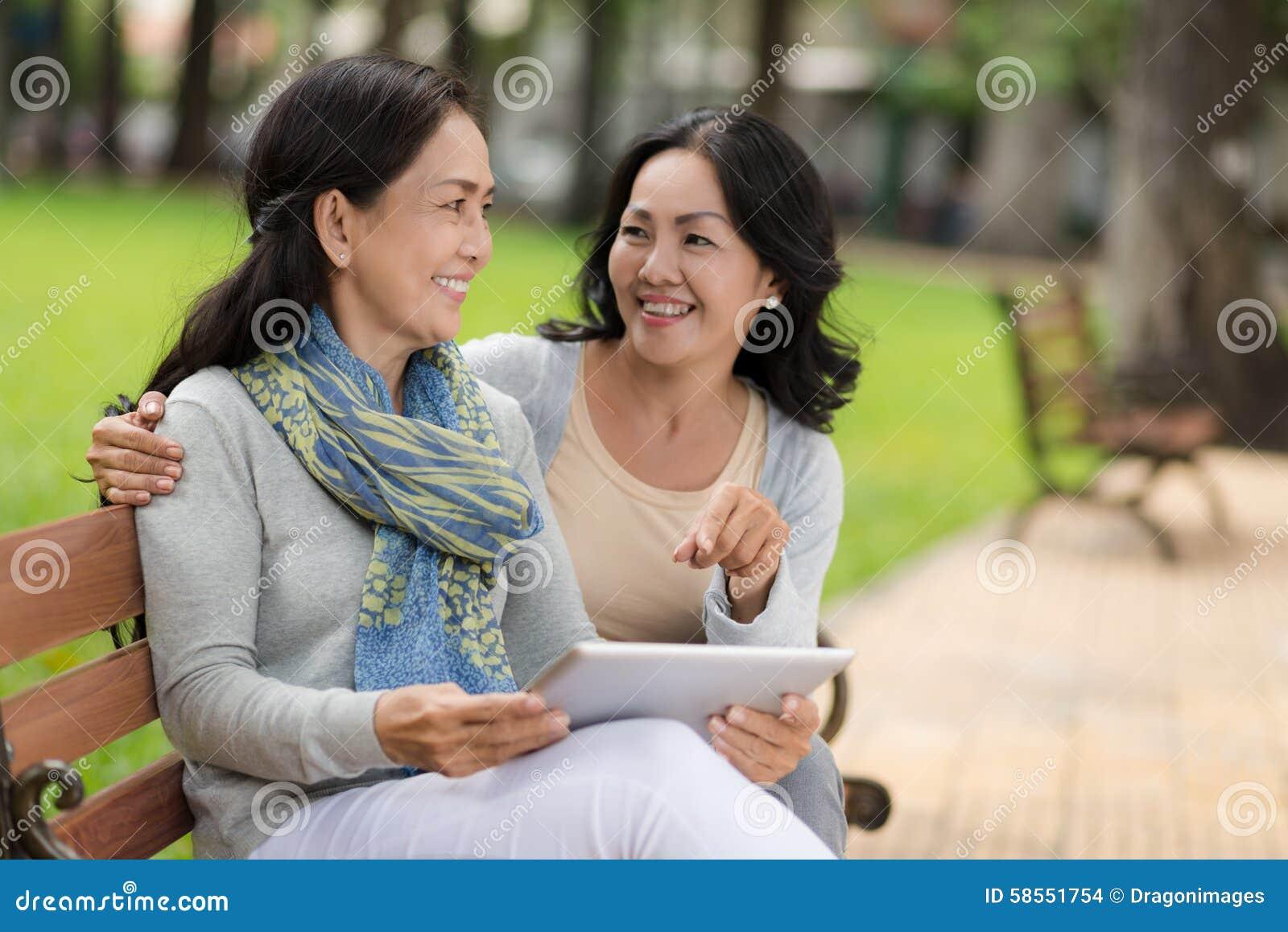 Vrienden met digitale tablet