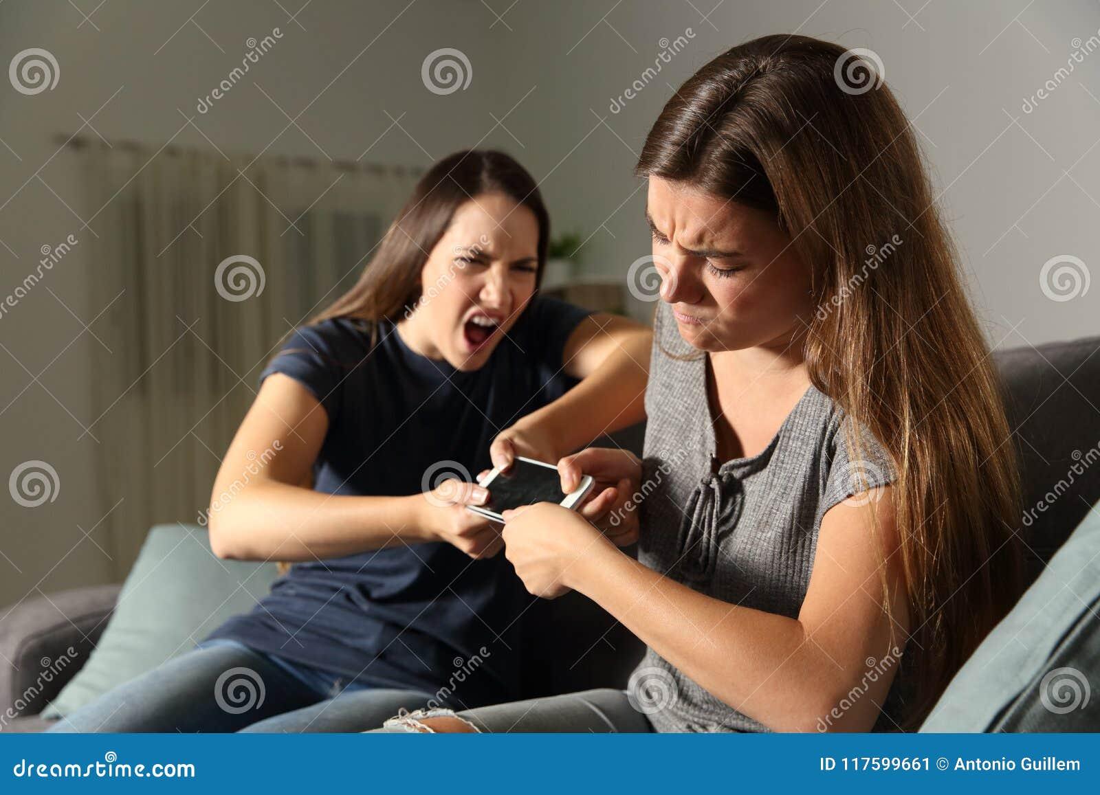 Vrienden of zusters die voor een slimme telefoon vechten