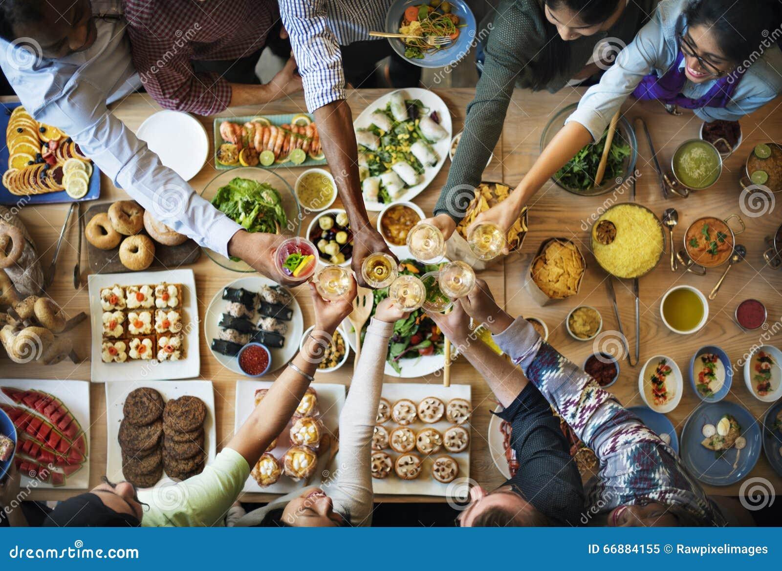 Vriendengeluk die van Dinning genieten die Concept eten