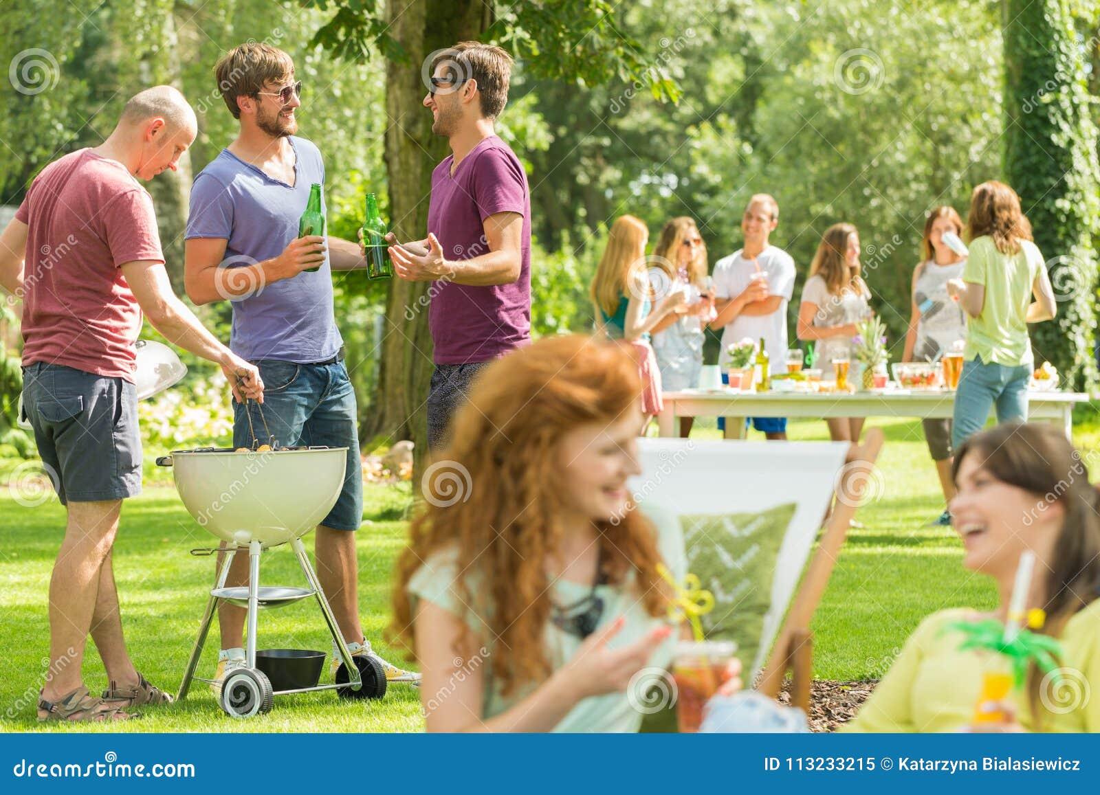 Vriendengrill en lach in park