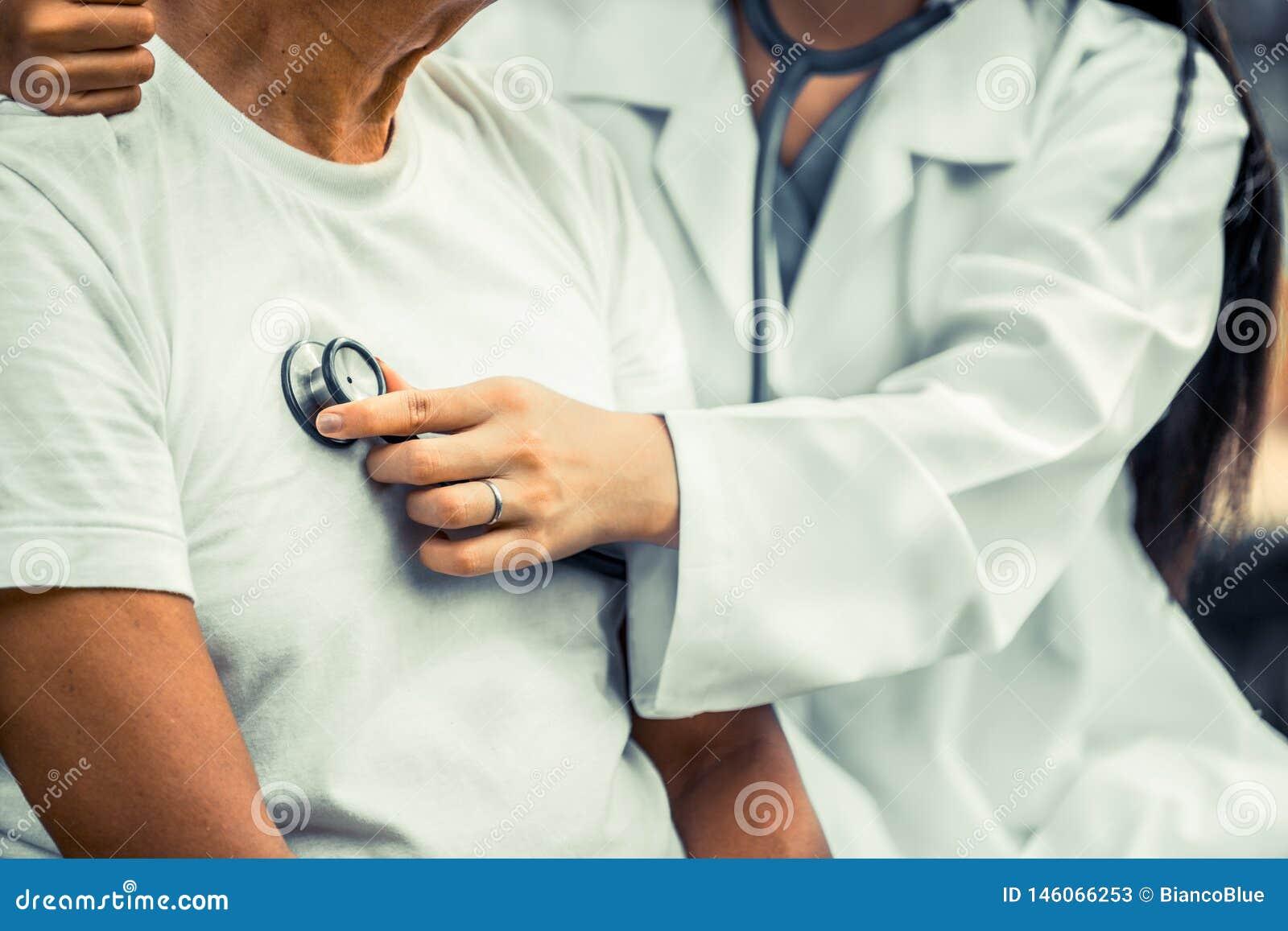 Vriendschappelijke arts die de hogere mens behandelt