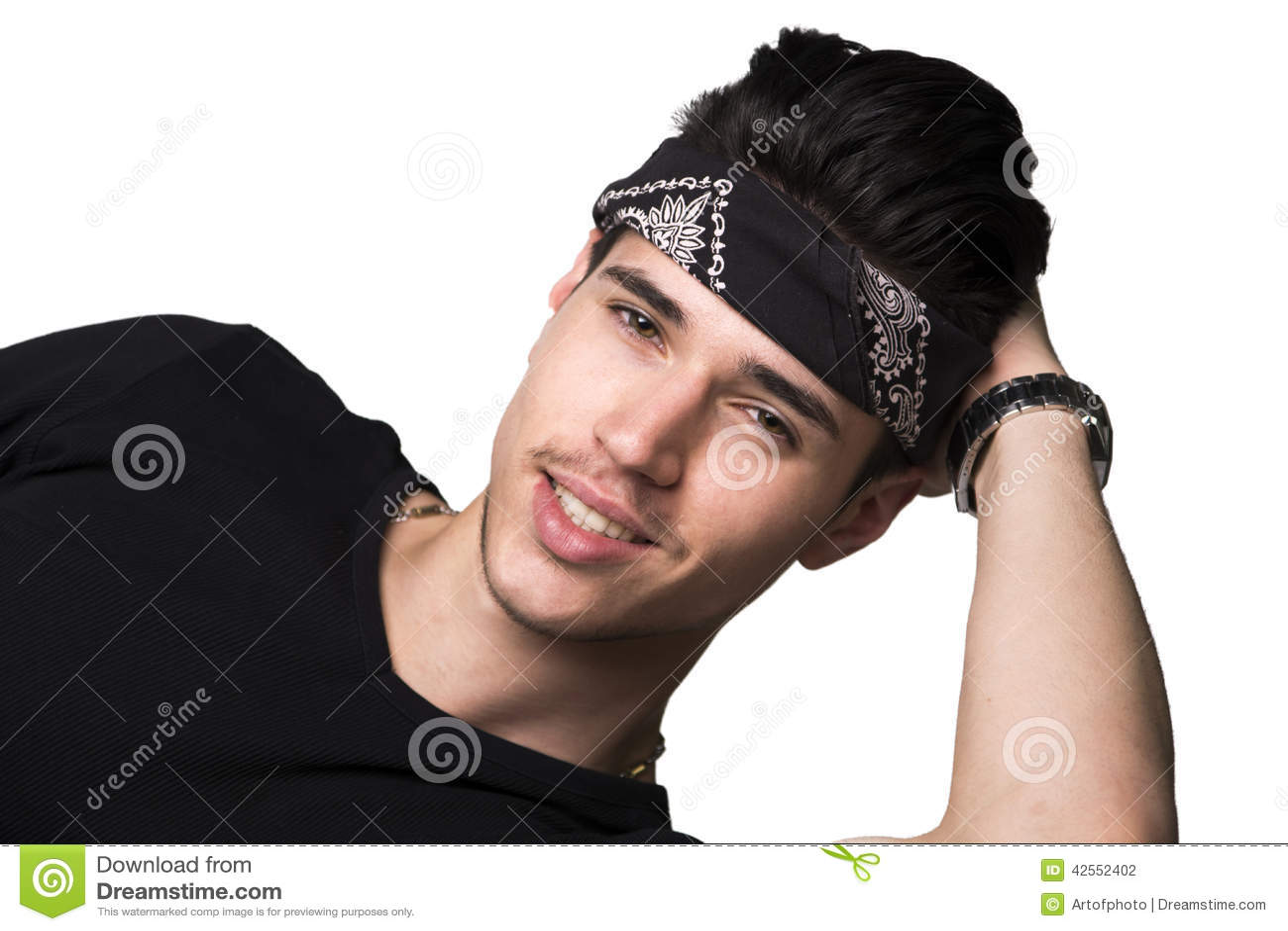Vriendschappelijke knappe jonge mens met hoofdband het glimlachen