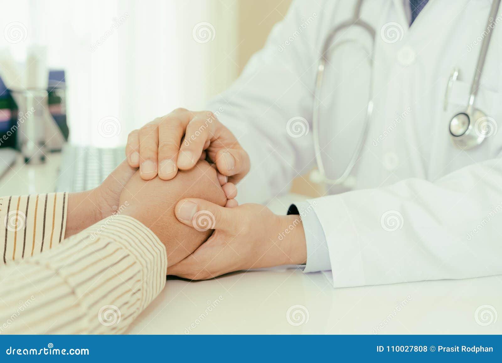 Vriendschappelijke mens artsenhanden die geduldige handzitting houden bij DE