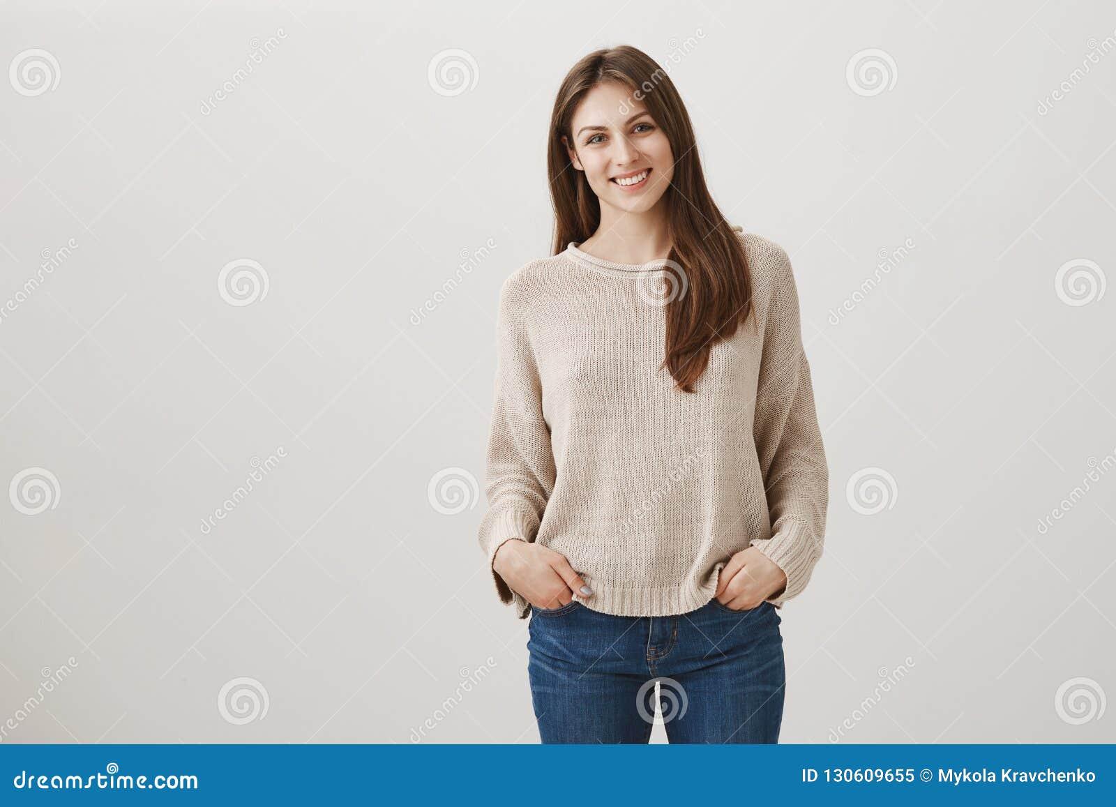 Vriendschappelijke newbie komt nieuwe teammates samen Het binnenschot van schuw aantrekkelijk wijfje in toevallige trui die bevin