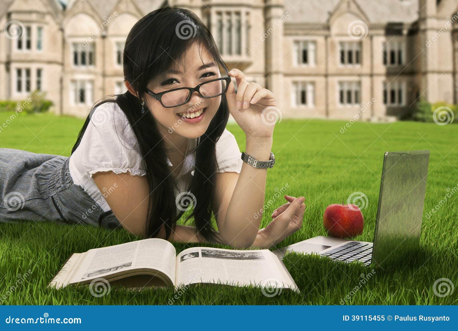 Vriendschappelijke student die bij het park bestuderen