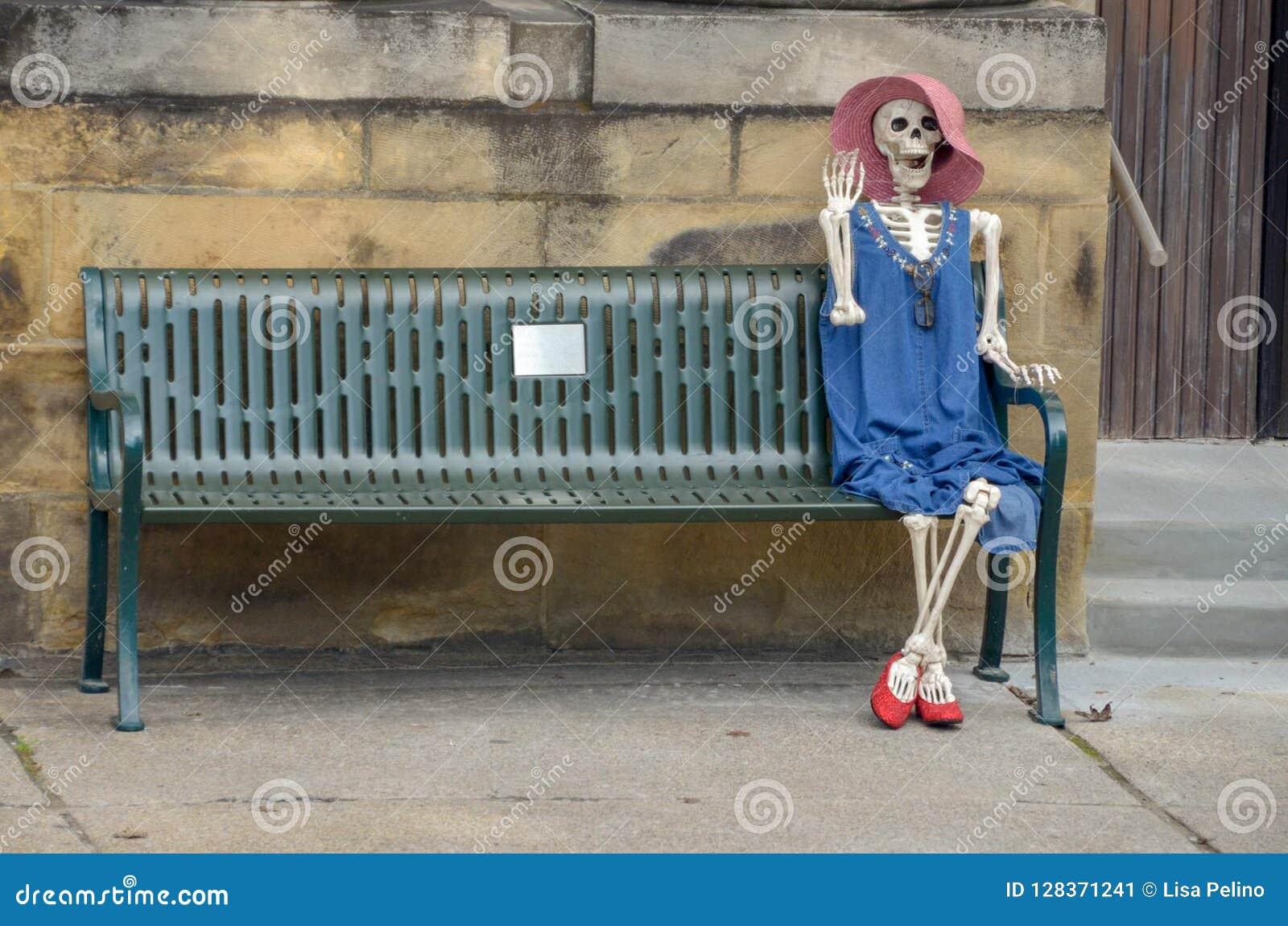 Vriendschappelijke vrouwelijke skeletgolven hello