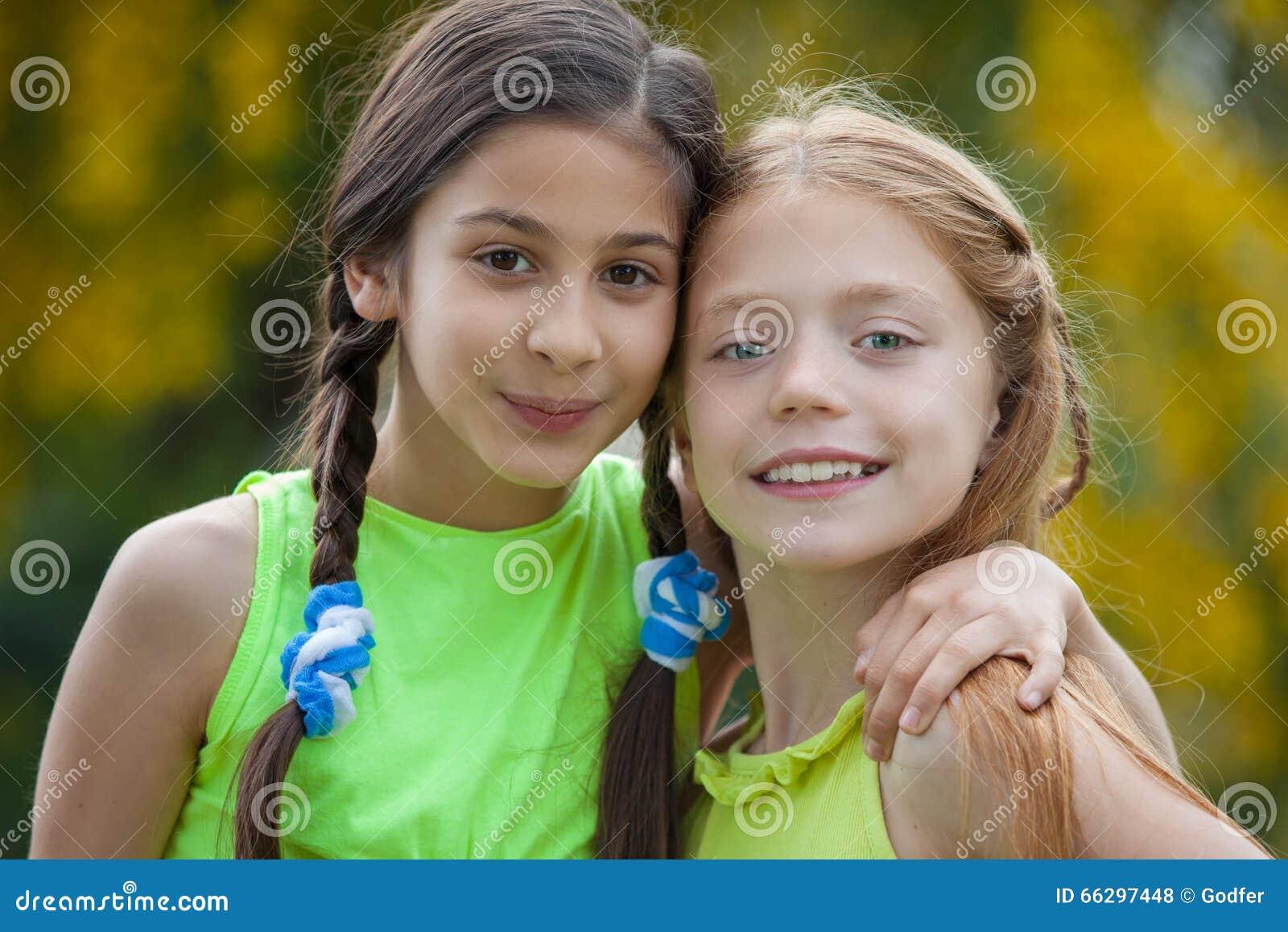 Vriendschaps gelukkige jonge meisjes