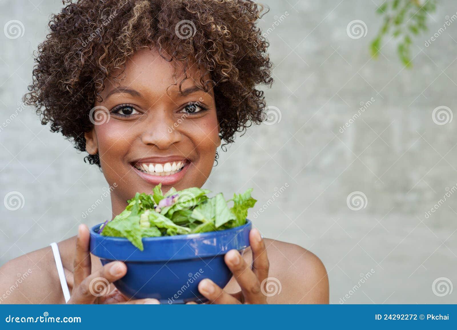 Vrij Afrikaanse Amerikaanse vrouw met salade