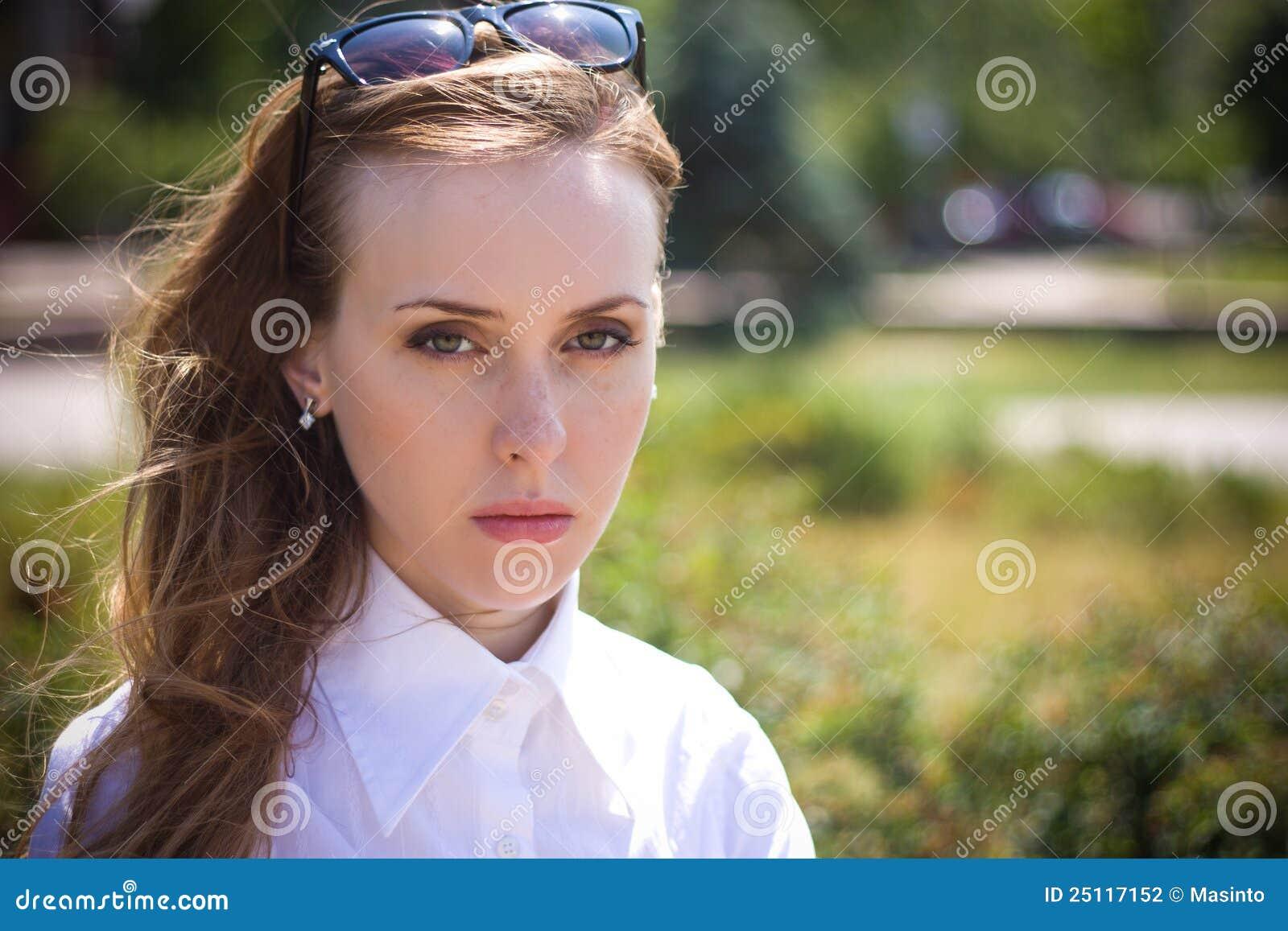 Vrij droevige jonge vrouw