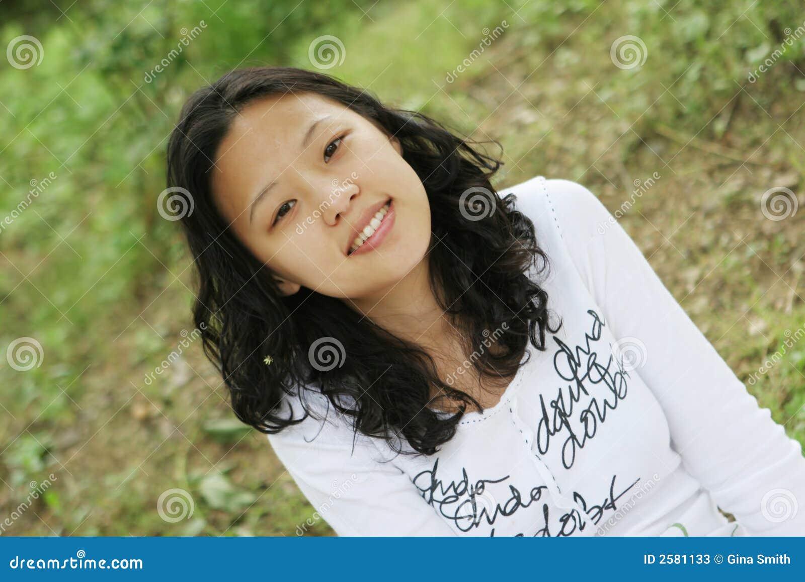Vrij het Aziatische meisje glimlachen