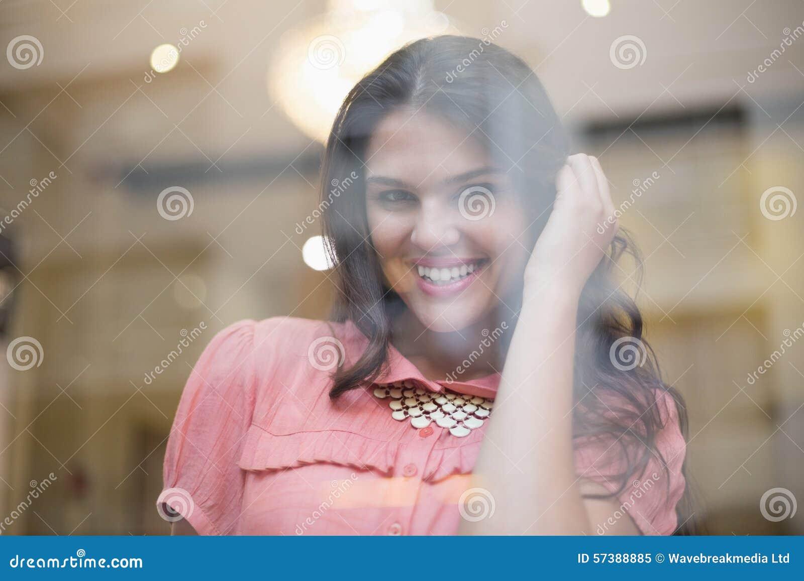 Vrij het donkerbruine glimlachen bij camera