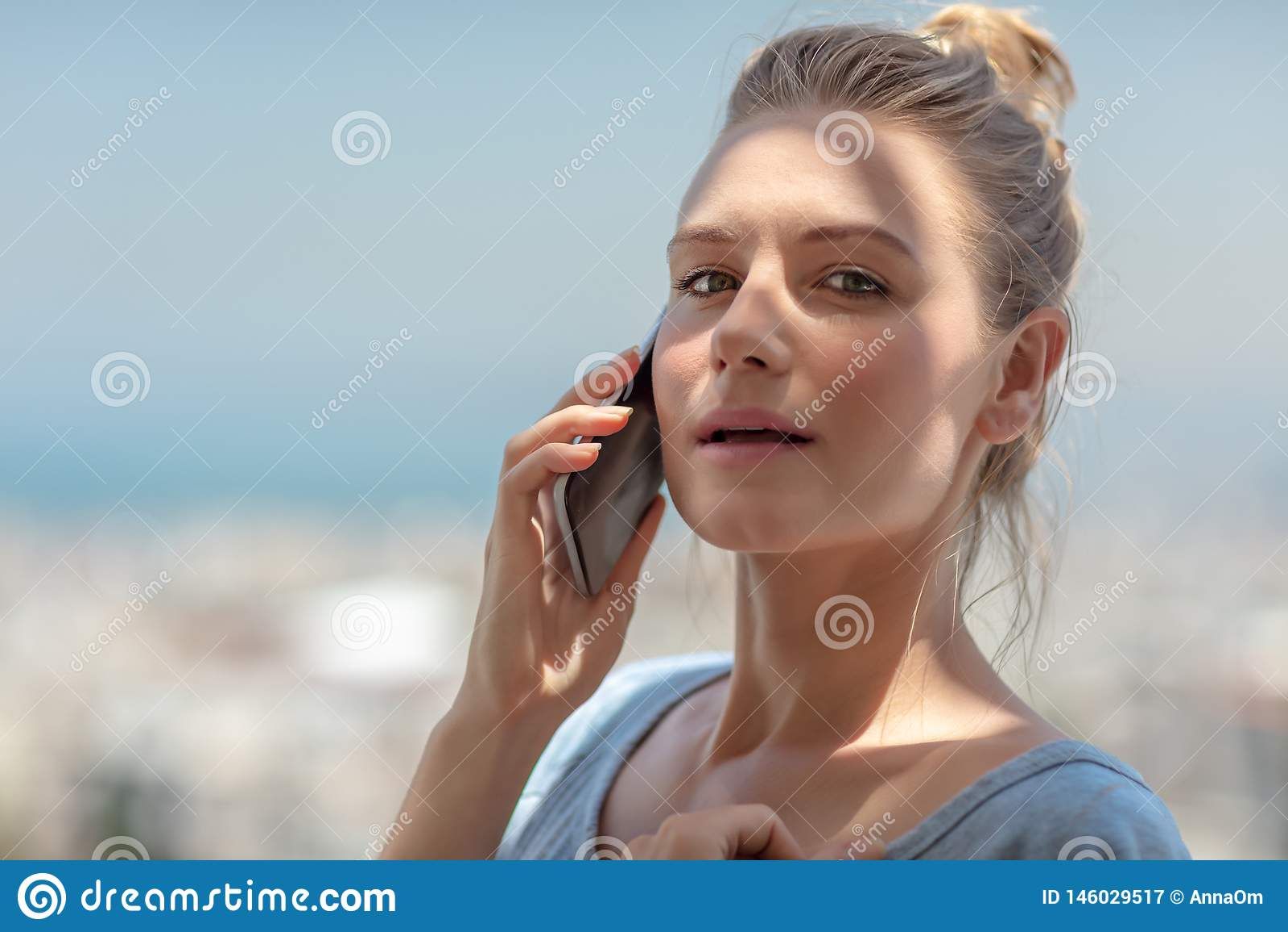 Vrij het vrouwelijke spreken op de telefoon