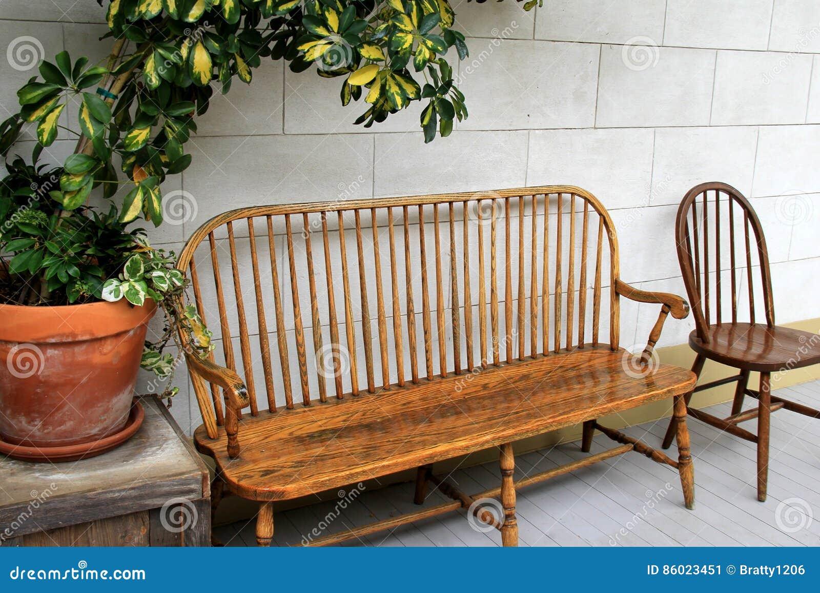 Vrij houten banken en stoelen met grote ingemaakte installaties op