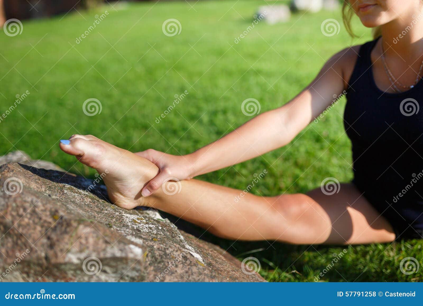 Vrij jong meisje die yogaoefeningen doen