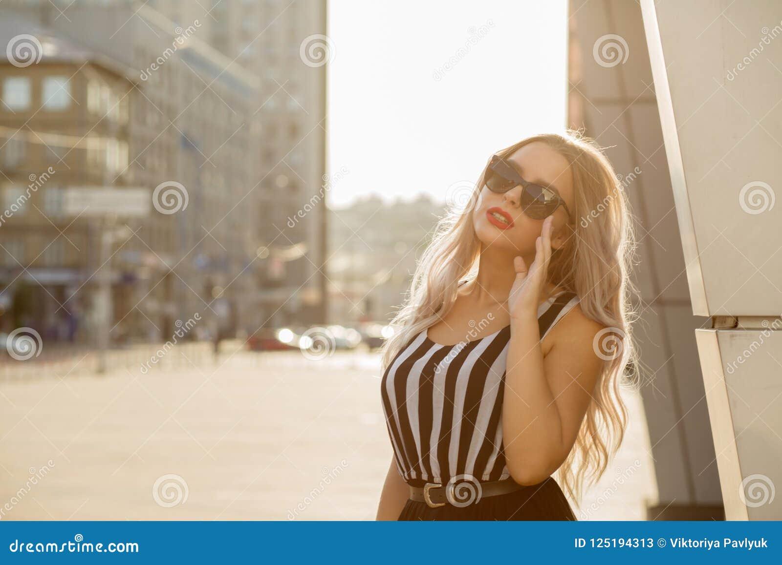 Vrij jong model die glazen dragen, lopend het lopen onderaan de streptokok