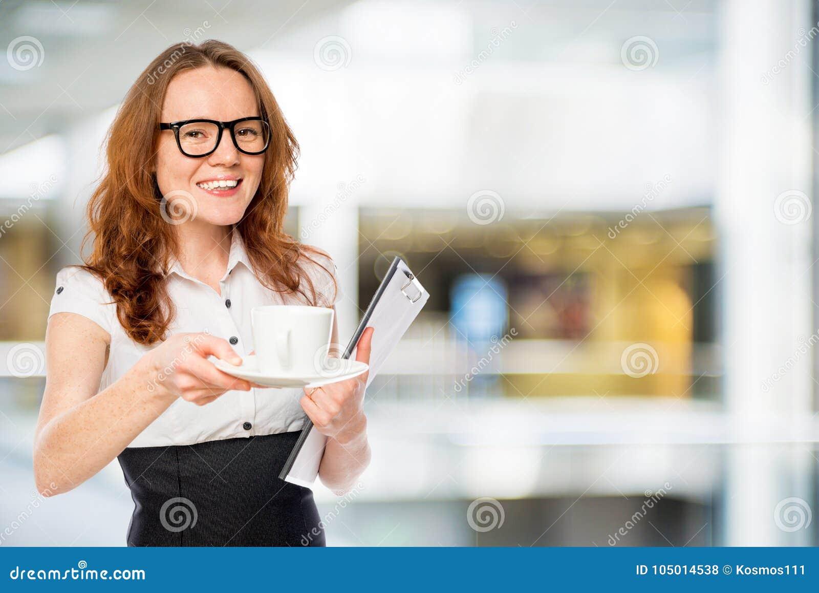 Vrij jonge secretaresse met een kop van koffie