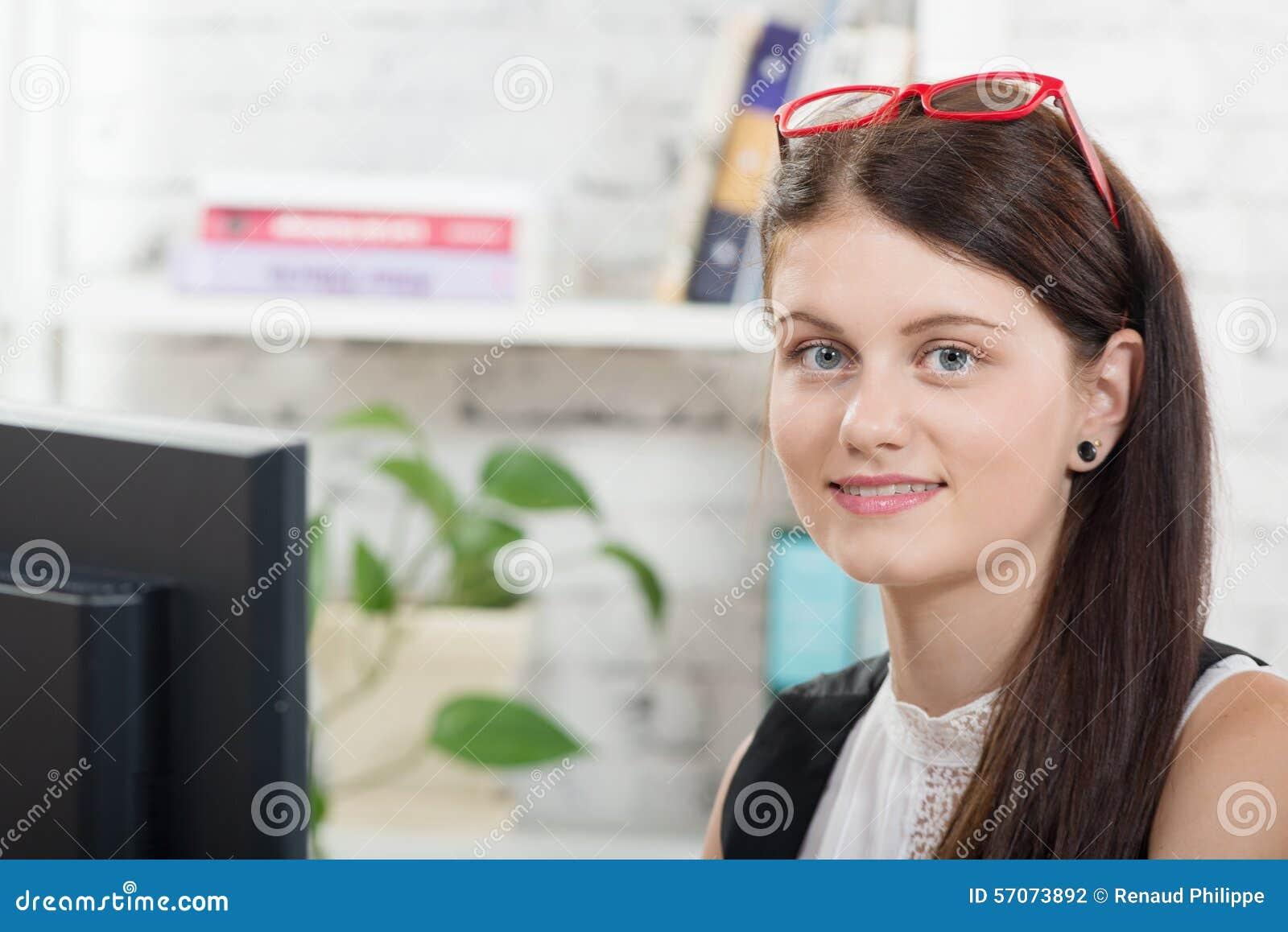 Vrij jonge secretaresse met rode glazen