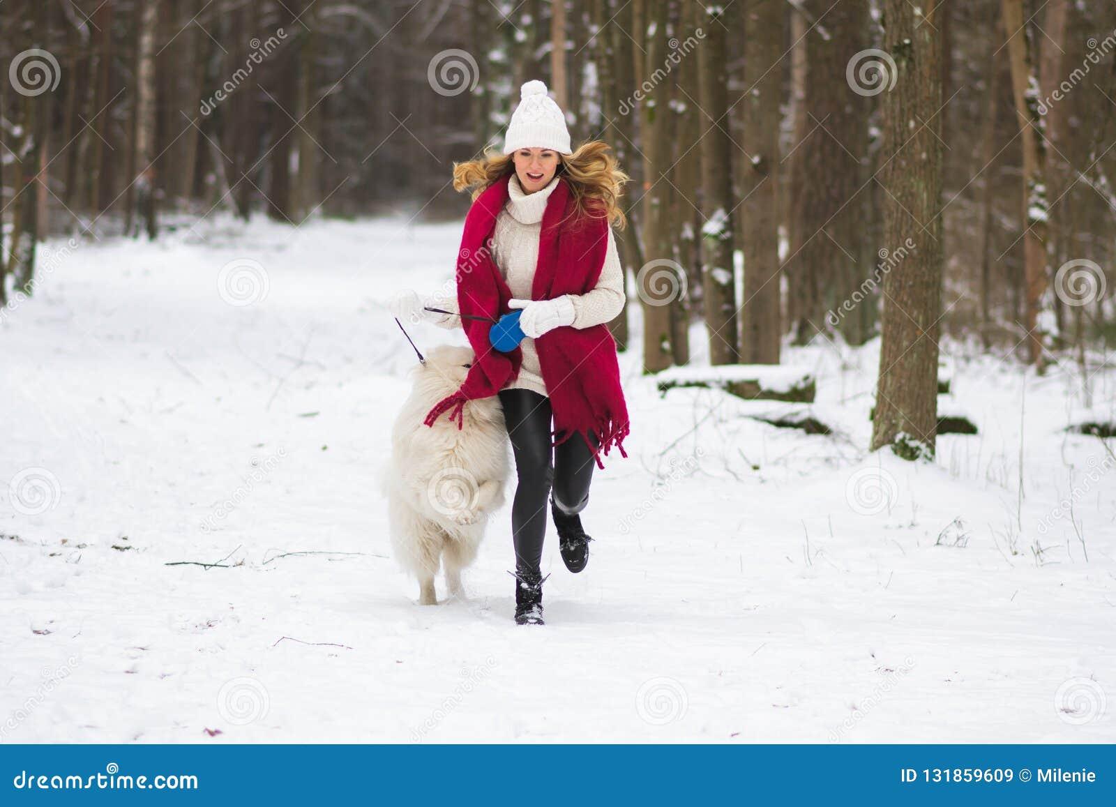 Vrij Jonge Vrouw in de Sneeuwwinter Forest Park Walking Playing met haar Hond