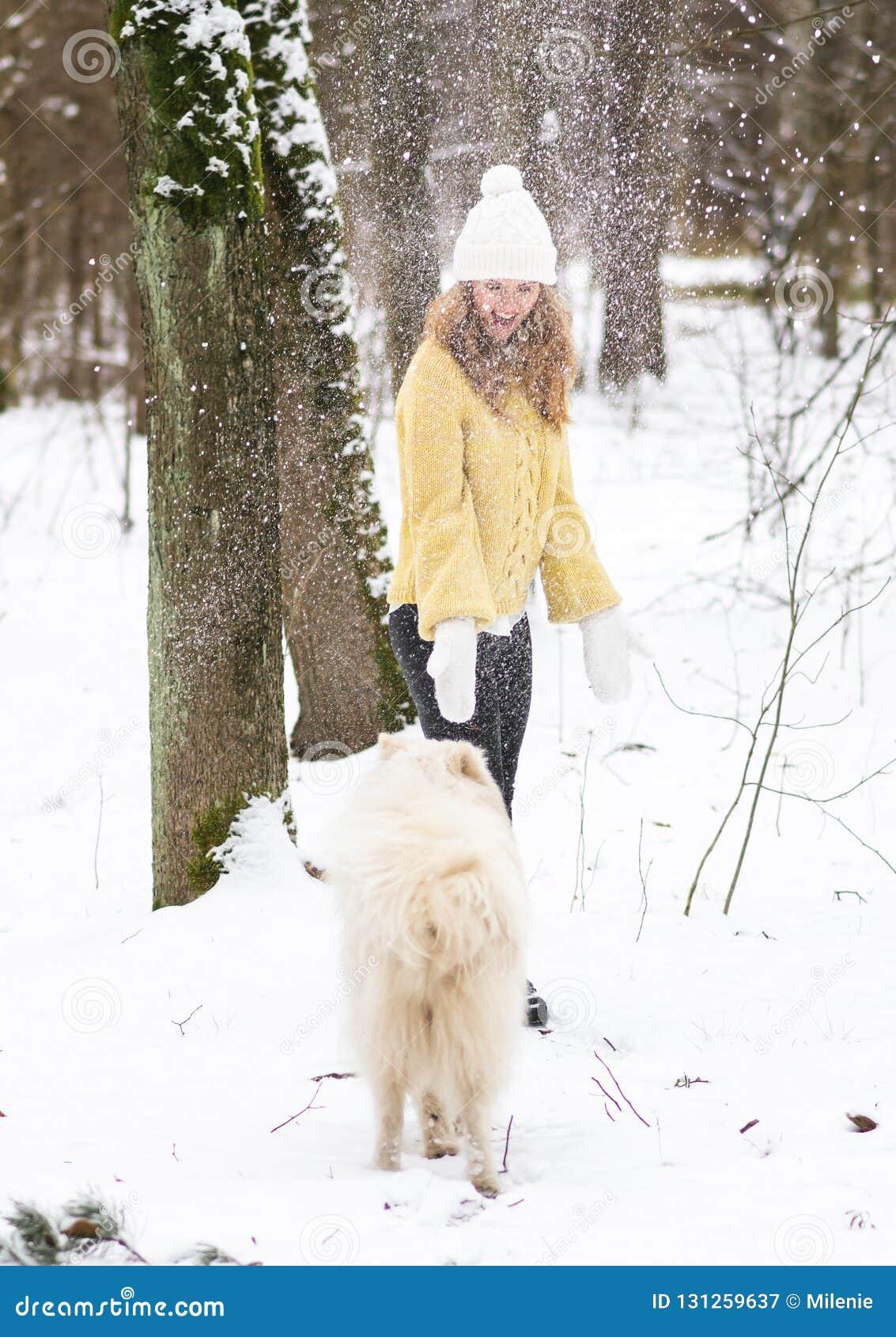 Vrij Jonge Vrouw in de Sneeuwwinter Forest Park Walking Playing met haar Hond Witte Samoyed