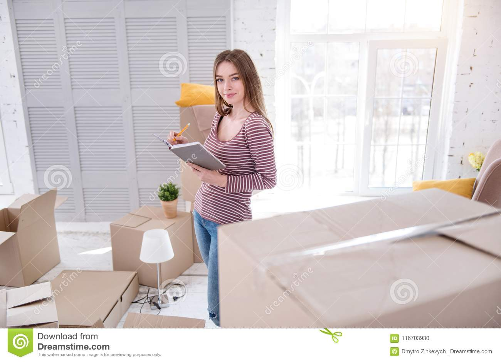 Vrij jonge vrouw die lijst van haar bezittingen creëren