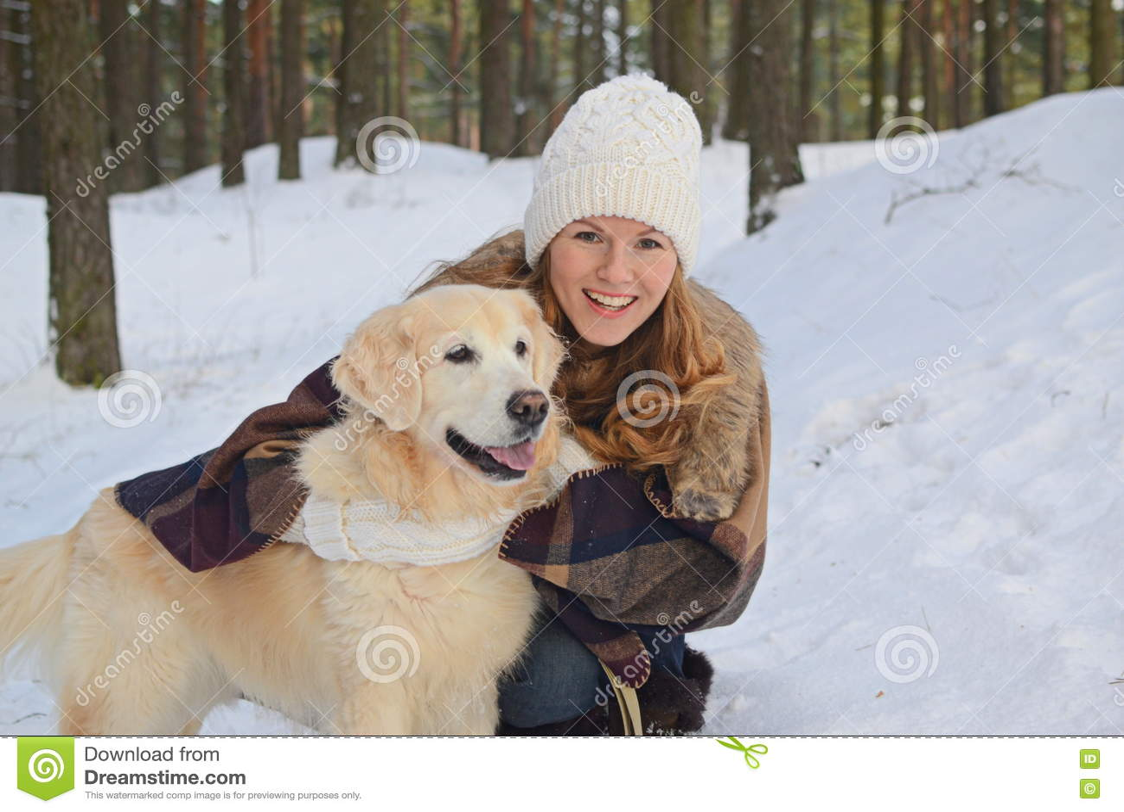 Vrij jonge vrouw die met haar hond lopen