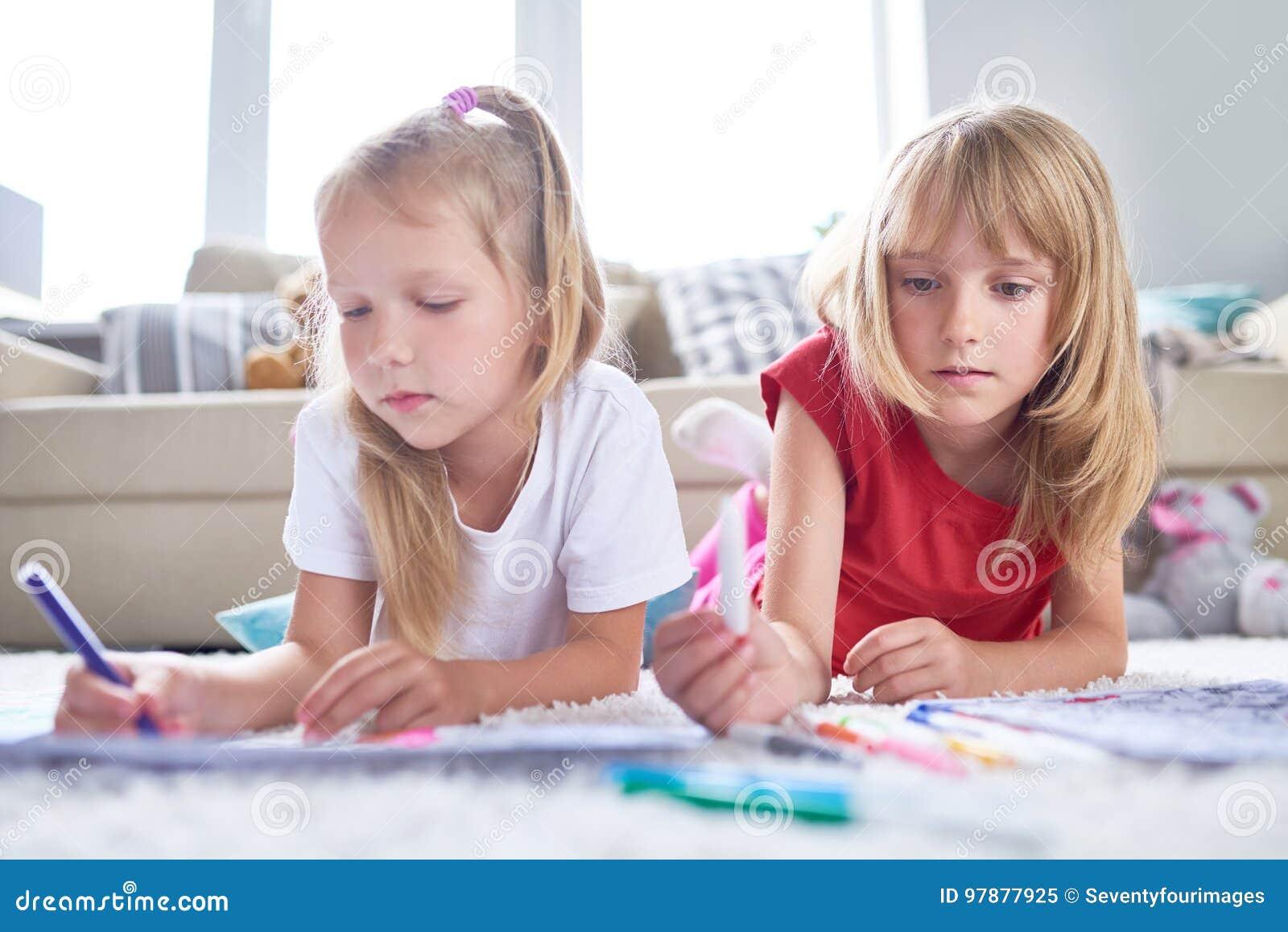 Vrij Kleine Vrienden die Creativiteit uitdrukken