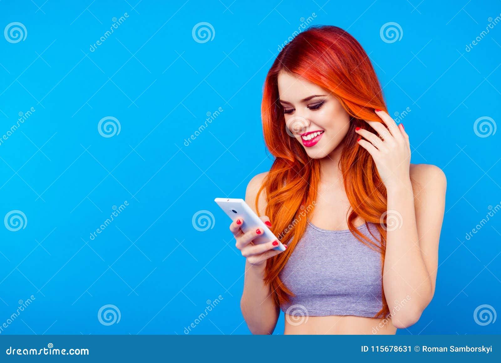 Vrij slank meisje die sms op mobiele telefoon typen Sluit omhoog portret van het charmeren van vrij mooi vrolijk aardig blij meis