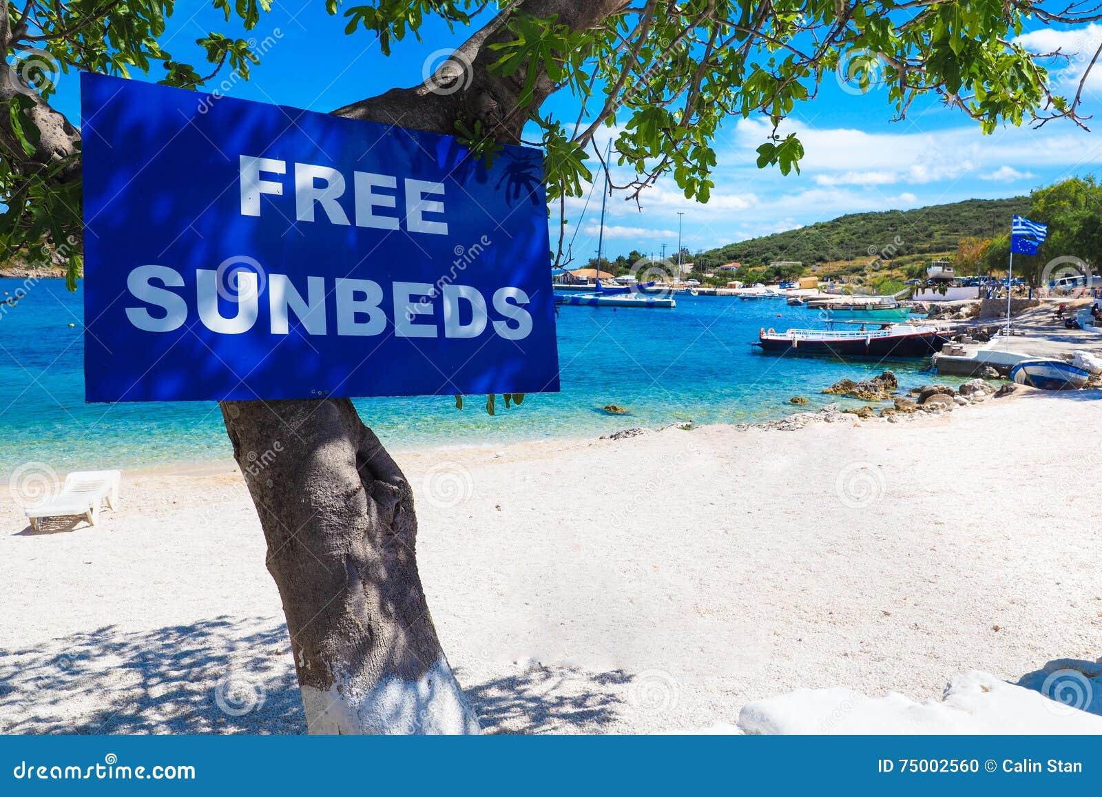 Vrij sunbedsteken op een strand in het eiland van Griekenland Zakynthos