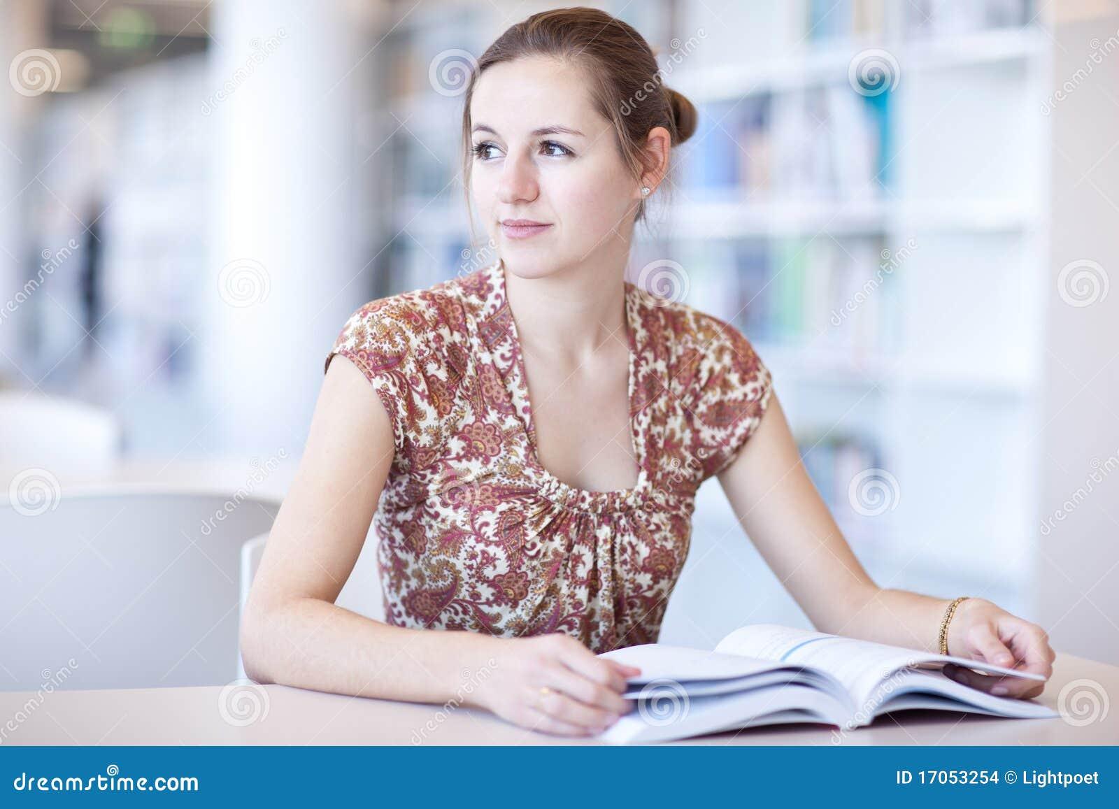 Vrij vrouwelijke student in een bibliotheek