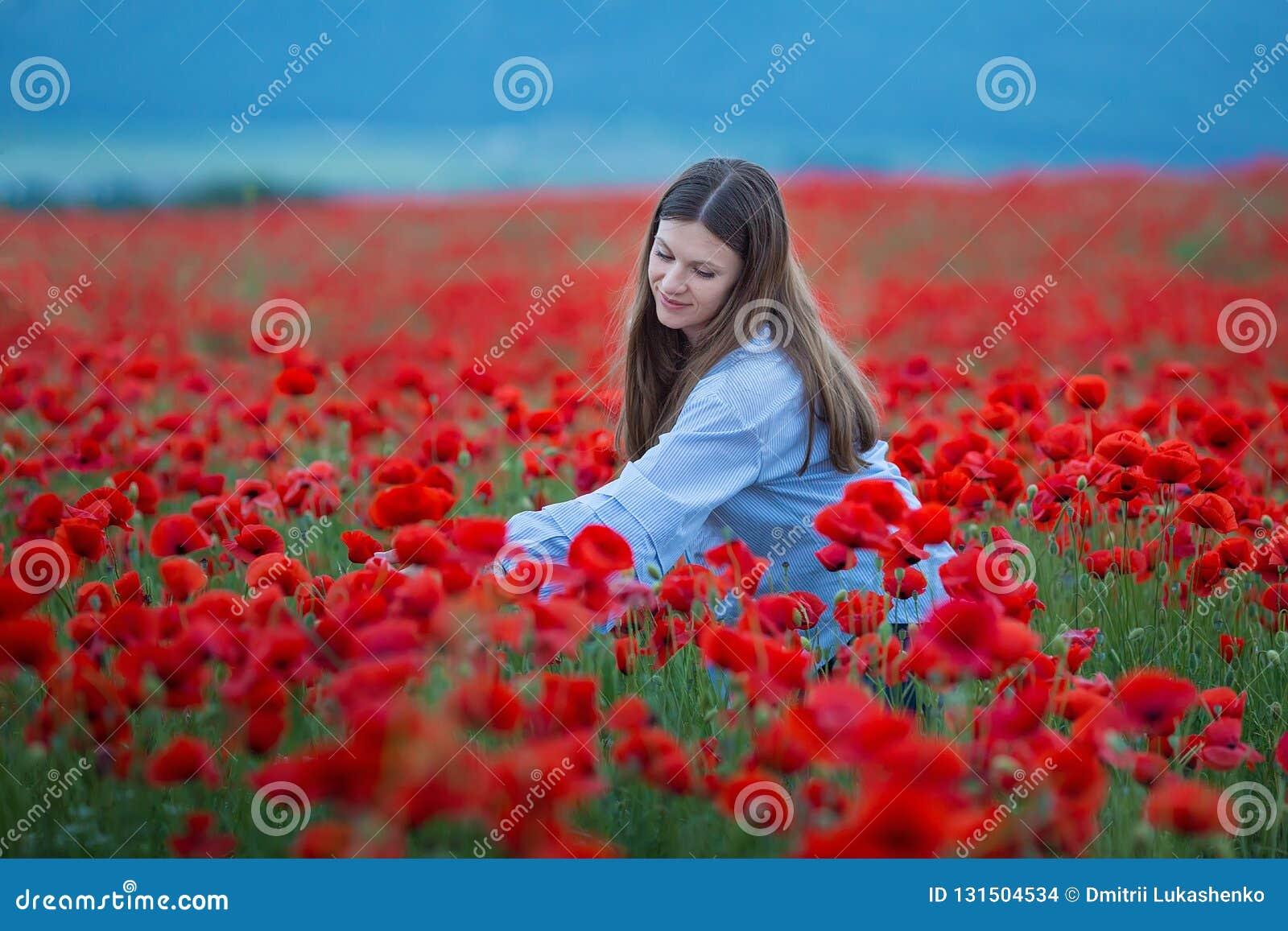 Vrije Gelukkige Vrouw die van Aard genieten Schoonheidsmeisje openlucht Het concept van de vrijheid Schoonheidsmeisje over Hemel