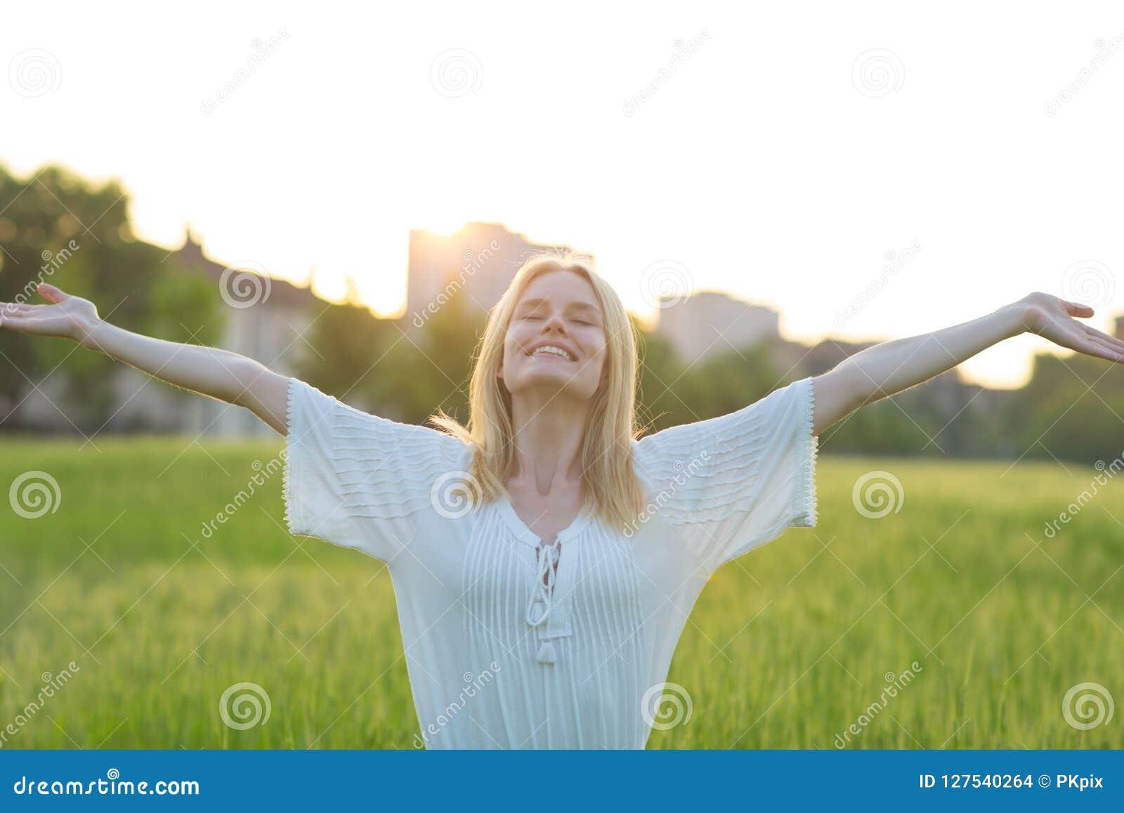 Vrije gelukkige vrouw die van aard in openlucht genieten Het concept van de vrijheid