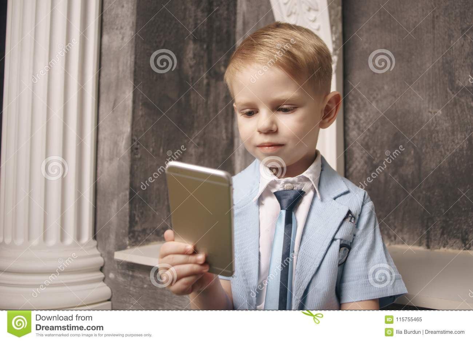 Vrije tijd, kinderen, technologie, Internet-mededeling en mensenconcept - glimlachende jongen met smartphone texting bericht