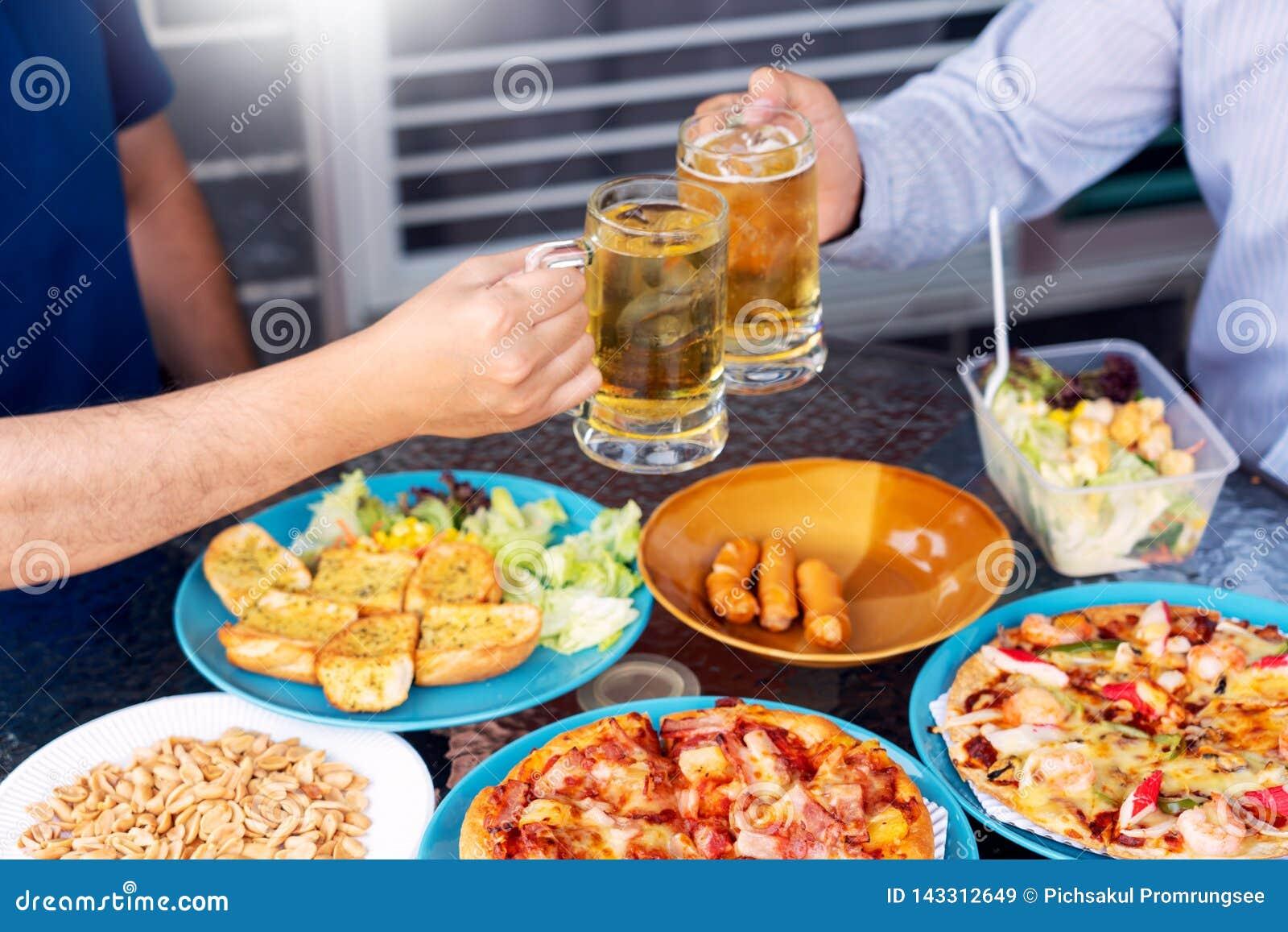 Vrije tijd, vakantie met bier geroosterde gediend vlees en groenten, Jongeren die en dranken samen van openlucht genieten babbele
