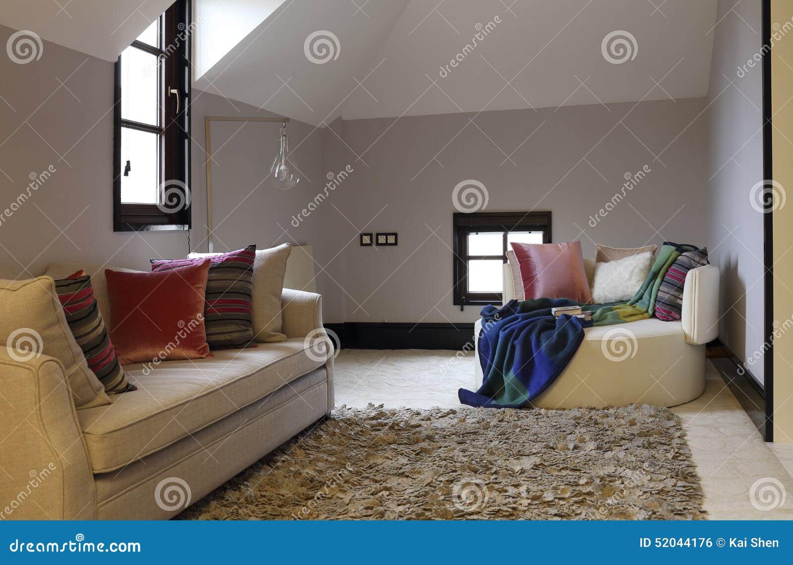 Vrije tijdsbank en sjaal in de zolderslaapkamer