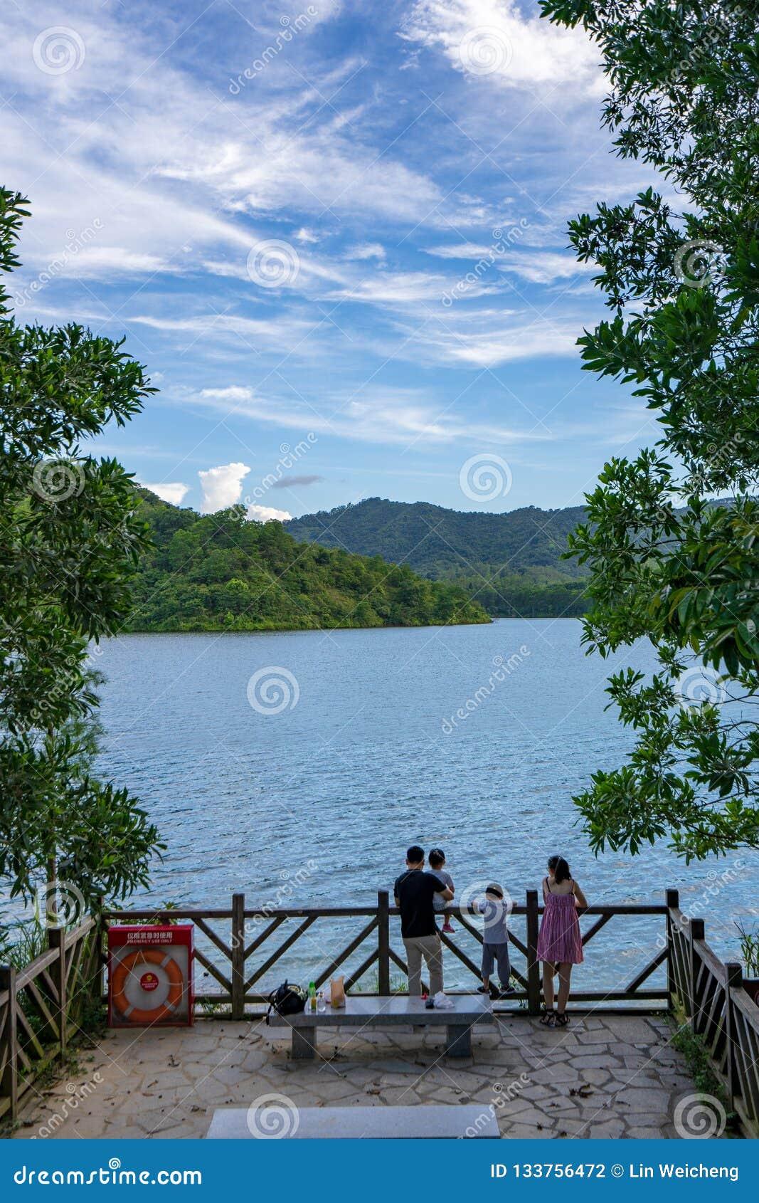 Vrije tijdsfamilie op het meer