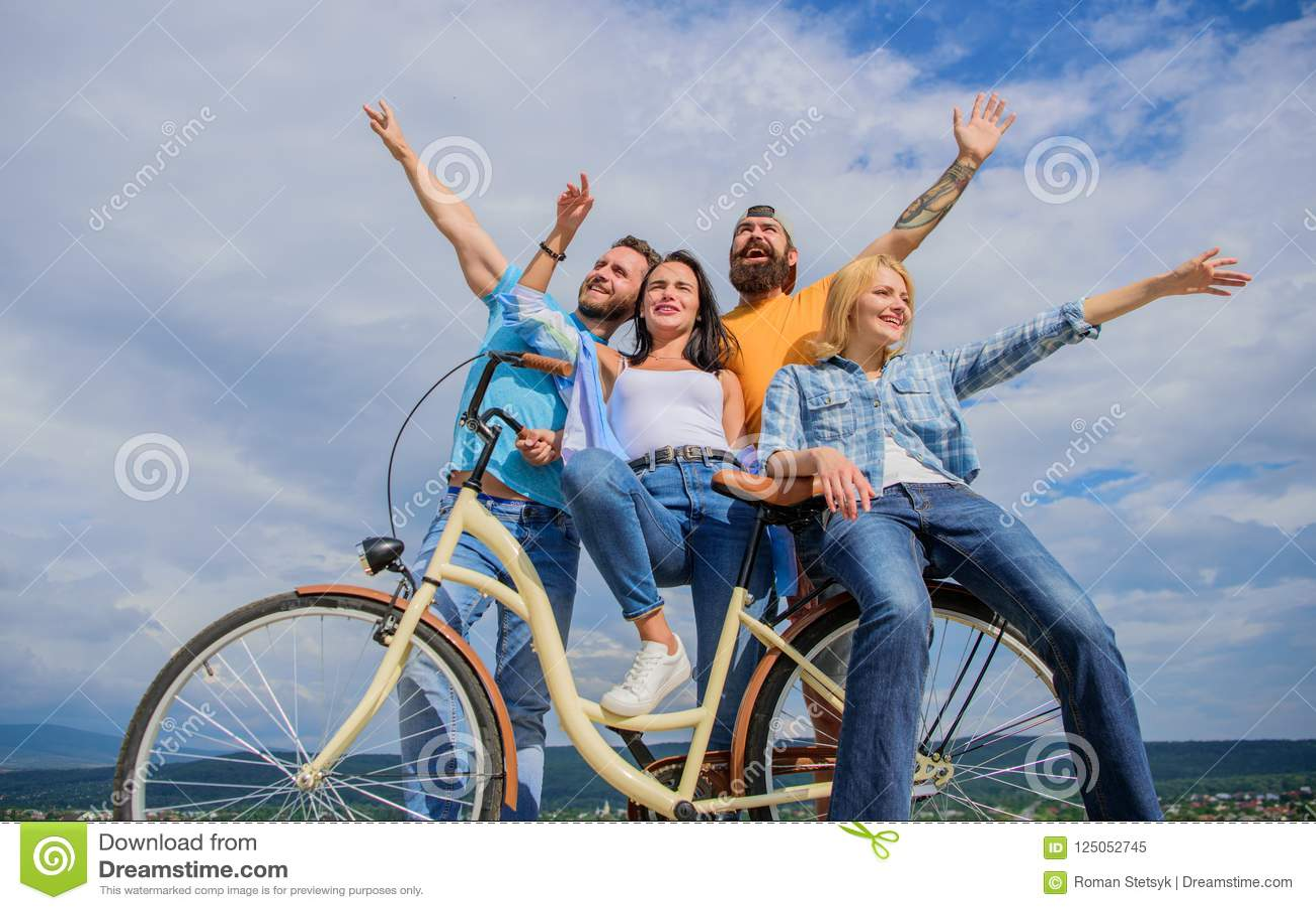 Vrijheid het stedelijke omzetten Besteedt de bedrijf modieuze jongeren in openlucht de achtergrond van de vrije tijdshemel Fiets
