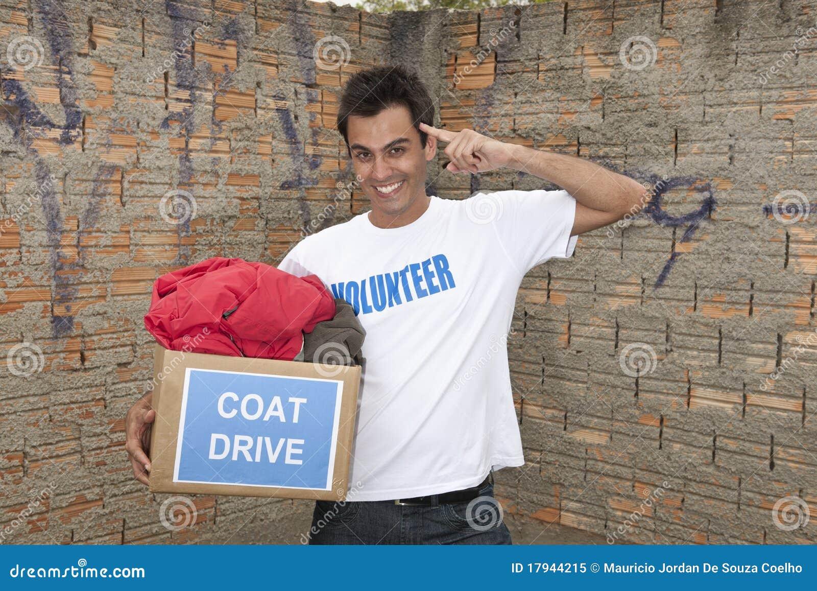 Vrijwilliger met de schenkingsdoos van de laagaandrijving