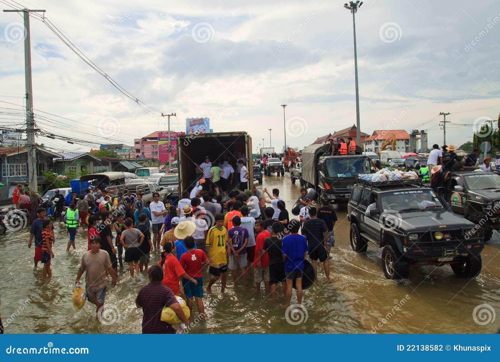 Vrijwilligers gevend wat voedsel voor vloedslachtoffers