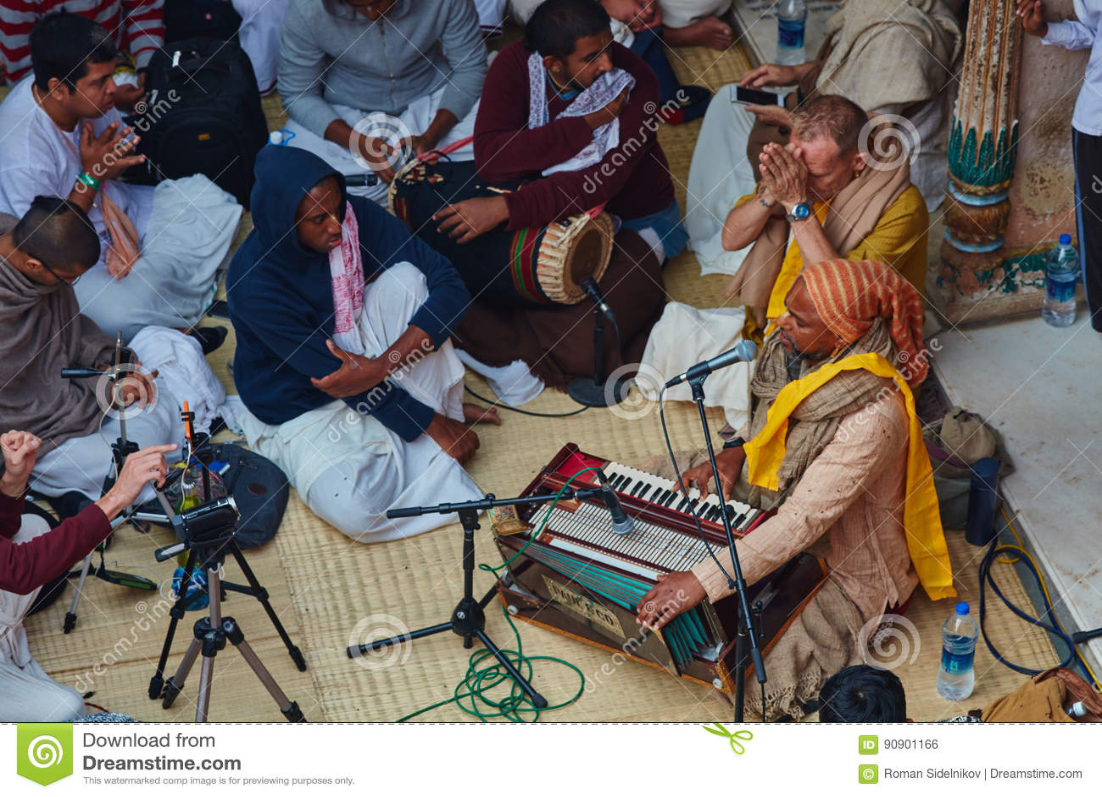 Vrindavan, στις 22 Οκτωβρίου 2016: Άσμα ομάδας Krishna λαγών σε Vrindava