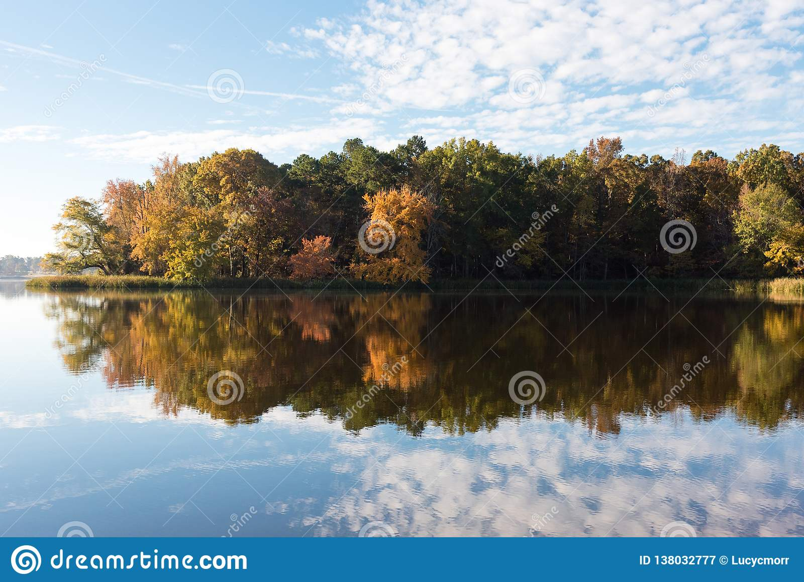 Vroeg Autumn Colors en Blauwe Hemelbezinning in Meer