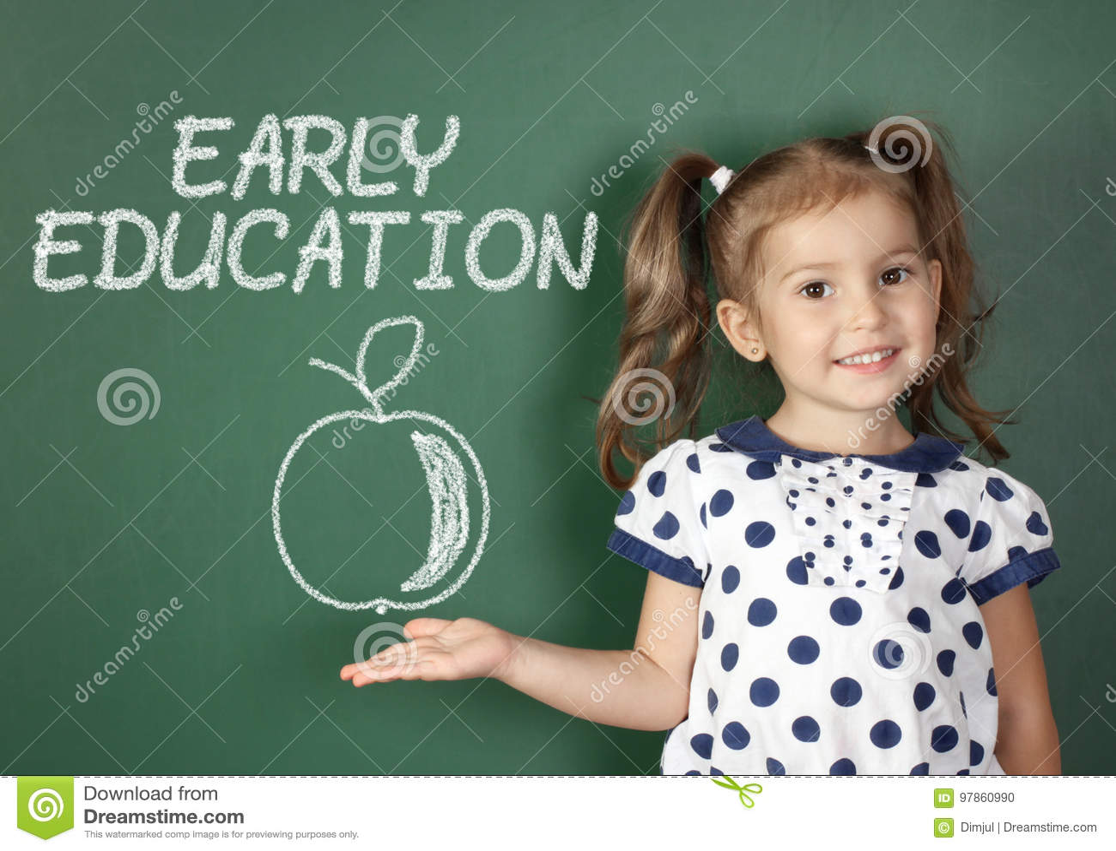 Vroeg onderwijsconcept, kindmeisje dichtbij schoolbord