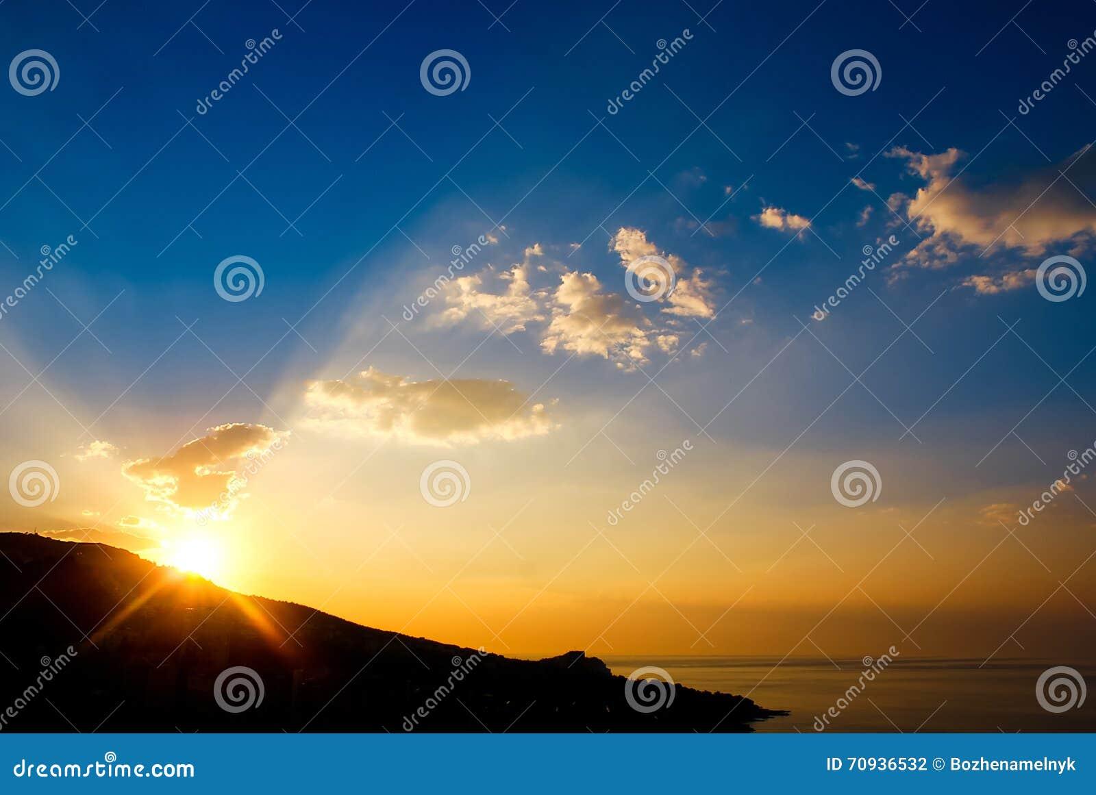 Vroege ochtend, zonsopgang over berg Schilderachtige mening van mooie zonsopgang in de Zwarte Zee Gouden overzees zonsopganglands