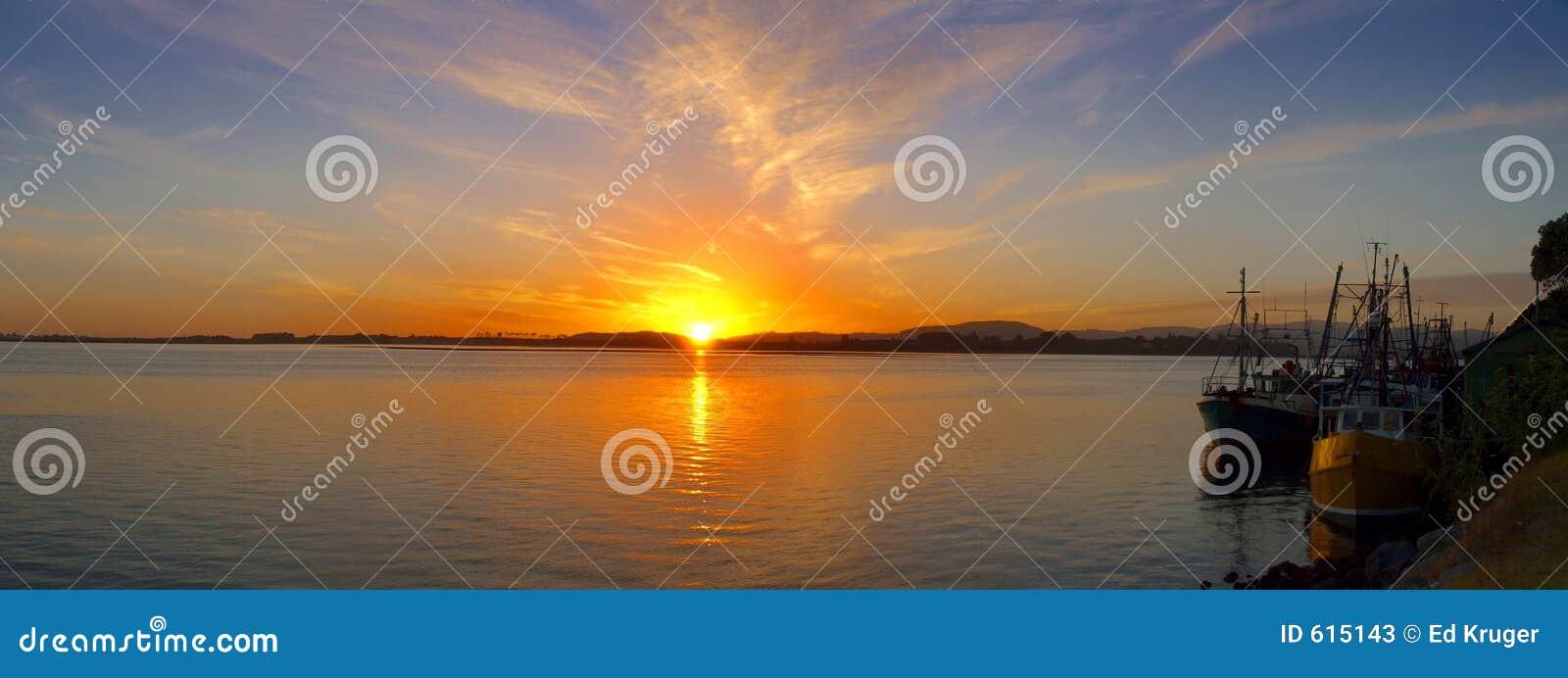 Vroege ochtend - zonsopgang over de visserij van haven